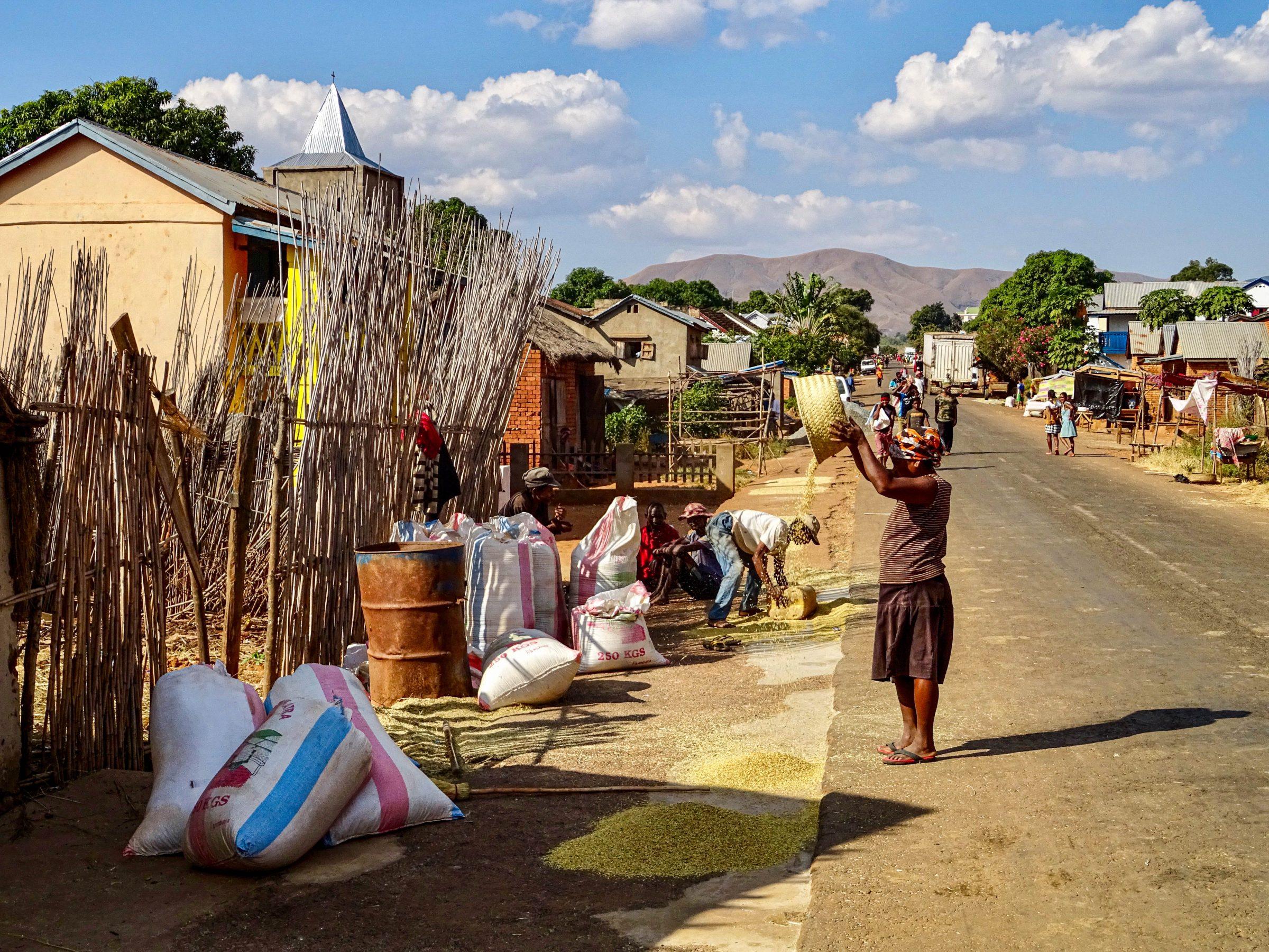 Karakteristieke taferelen in een Malagasy dorp