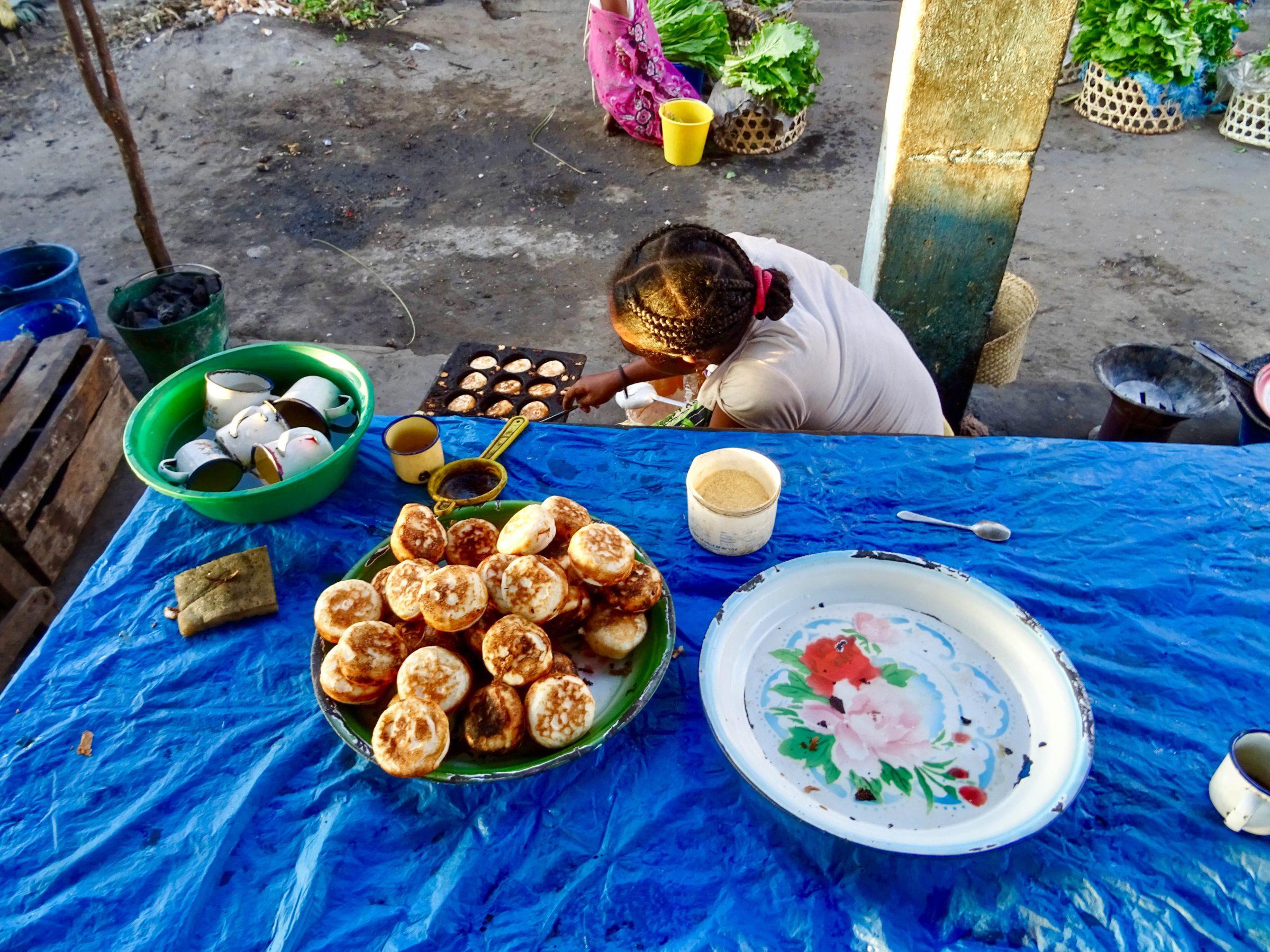 Verse poffertjes op de markt in Malaimbandy