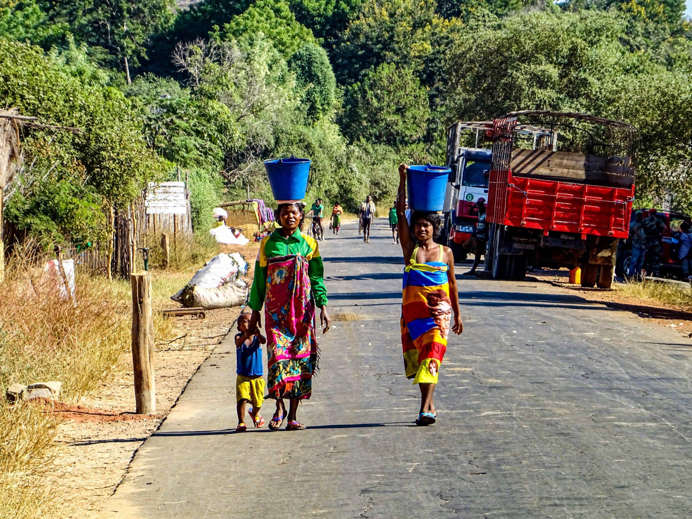 Drukte op de weg richting Ankilizato