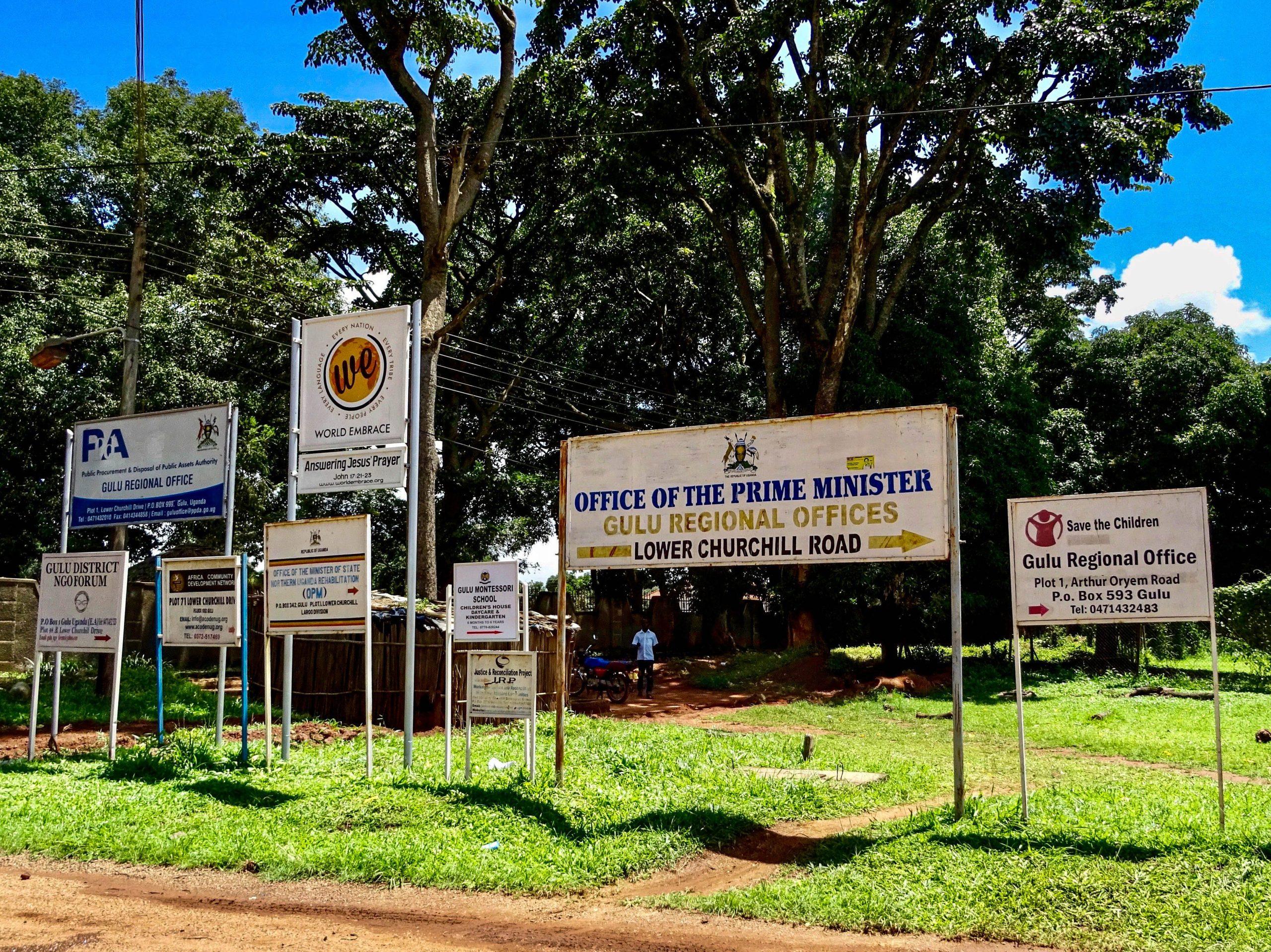 Wegwijzers naar vele NGO's in Gulu
