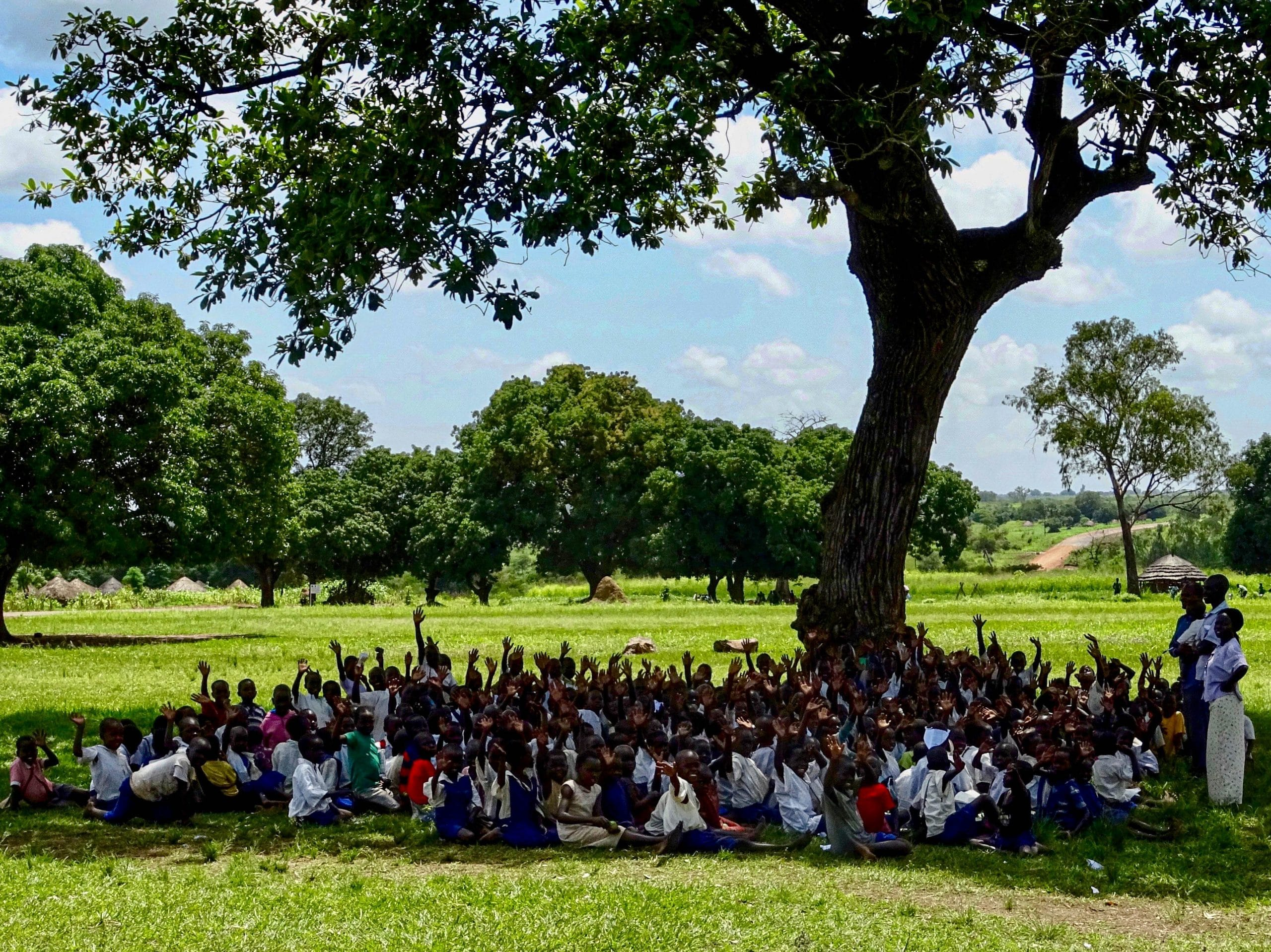 Zwaaiende kinderen van een school in Atanga