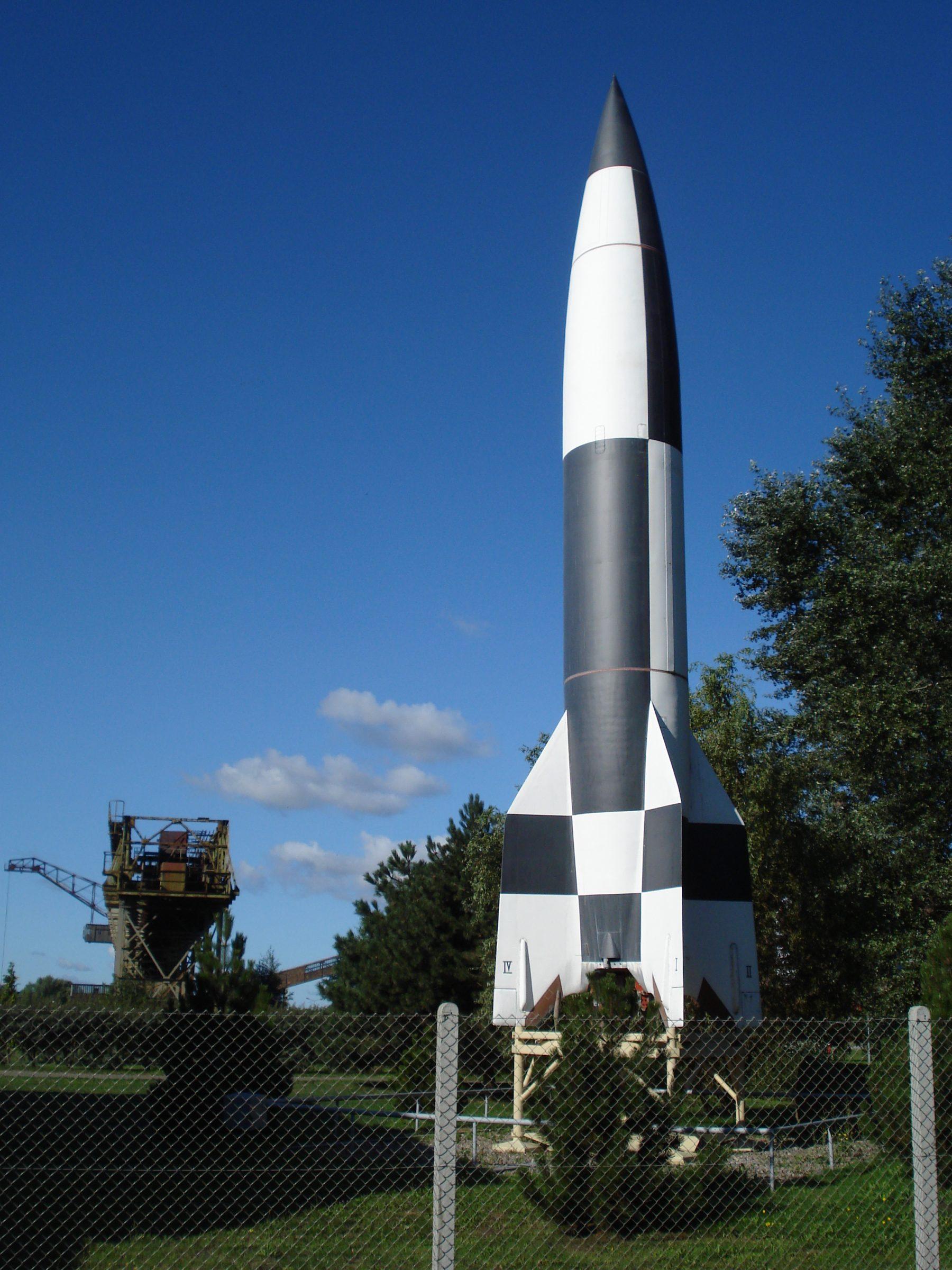 Een V2 raket op het terrein van het Historisch Technisch Museum Peenemünde