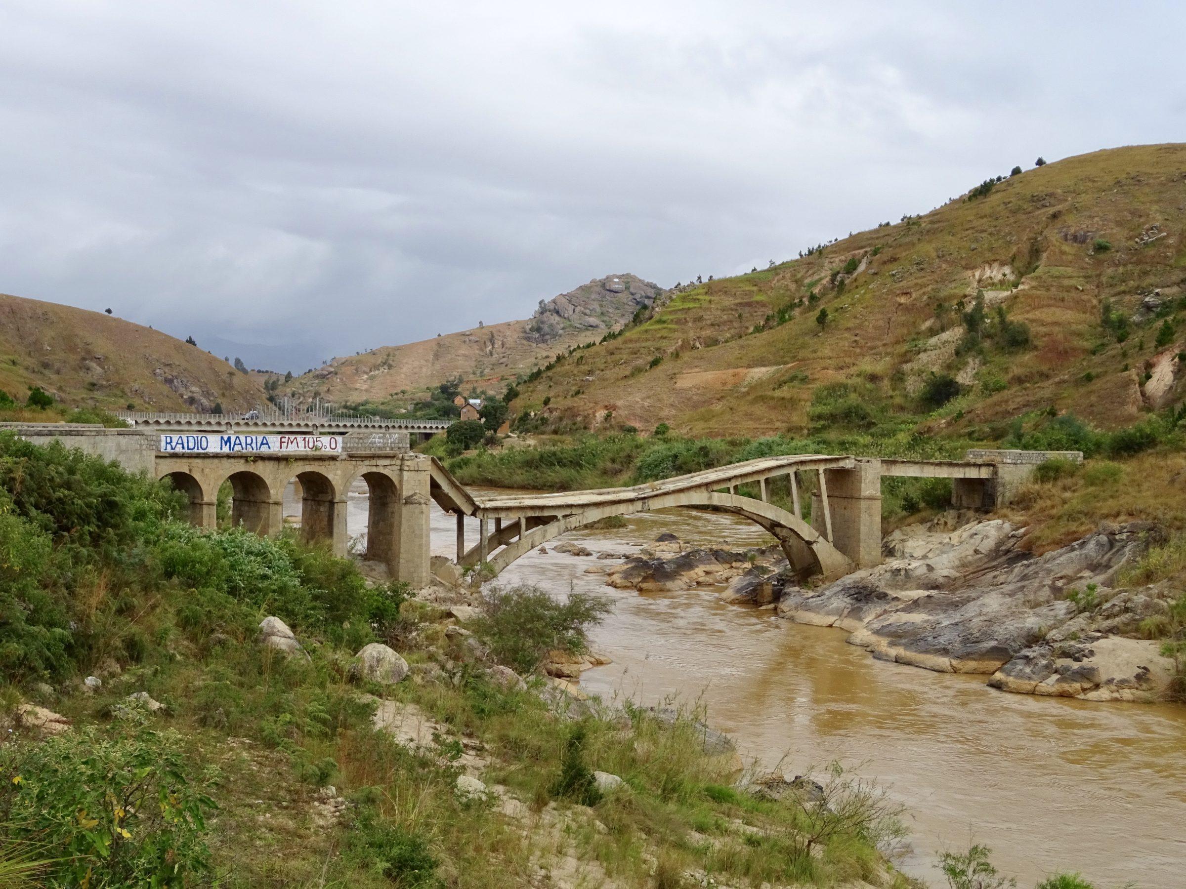 Ingestorte brug over de Maniarivier