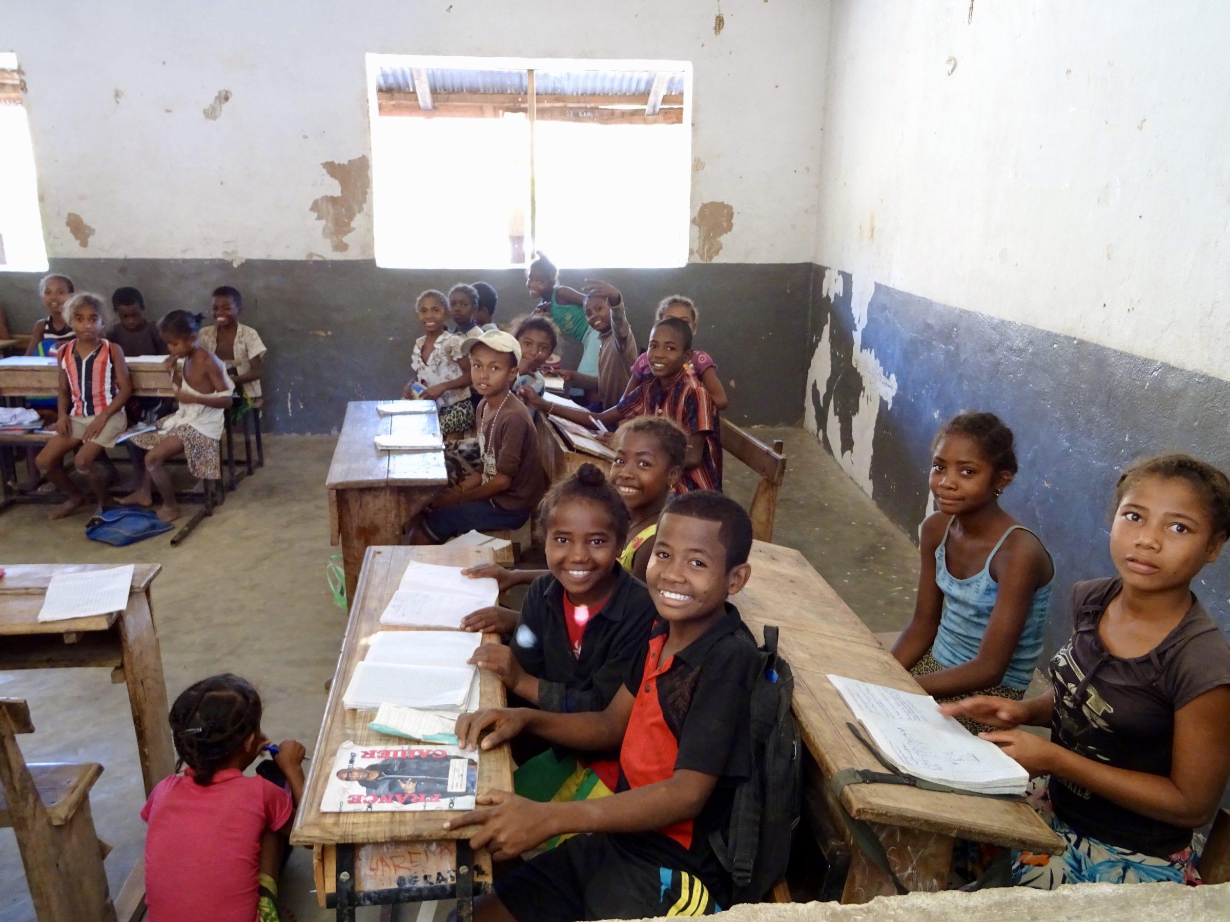 Een ijverige schoolklas op weg naar Miandrivazo