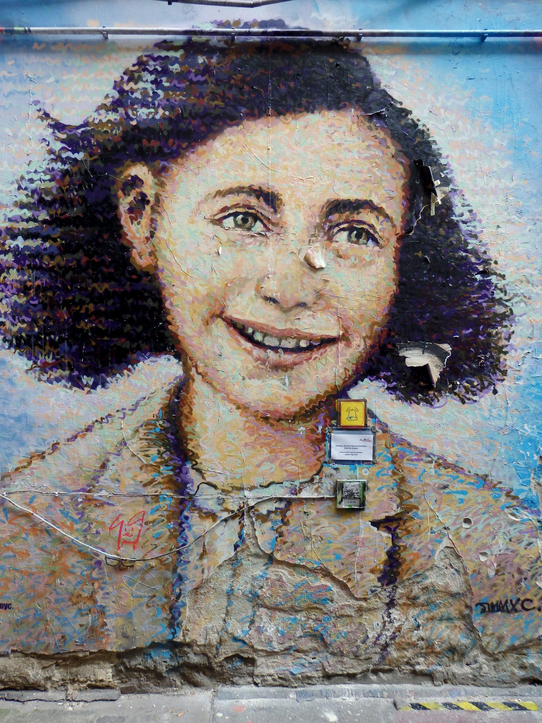 Een muurschildering van Anne Frank in Berlijn