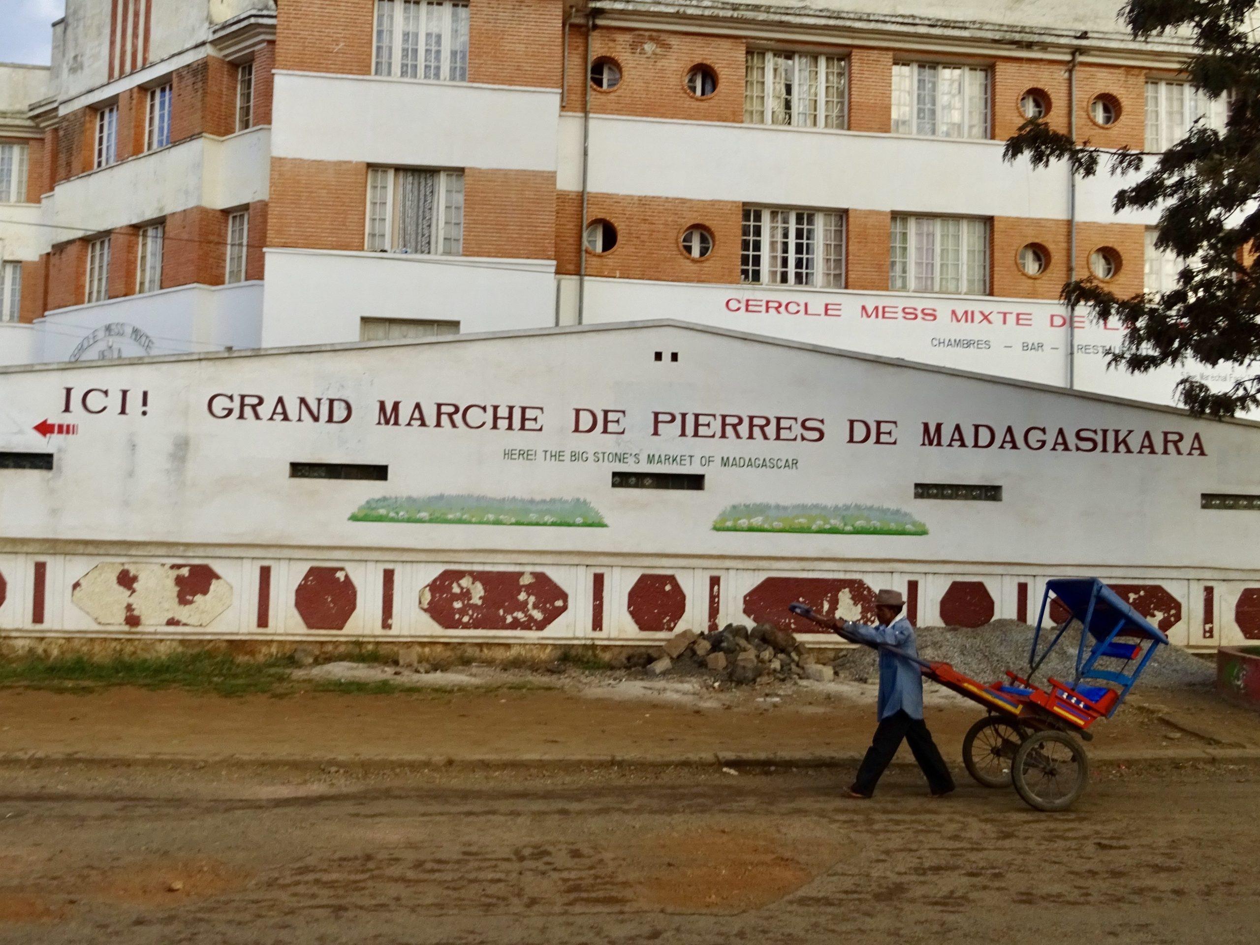 Een pousse pousse voor de edelstenenmarkt in Antsirabe