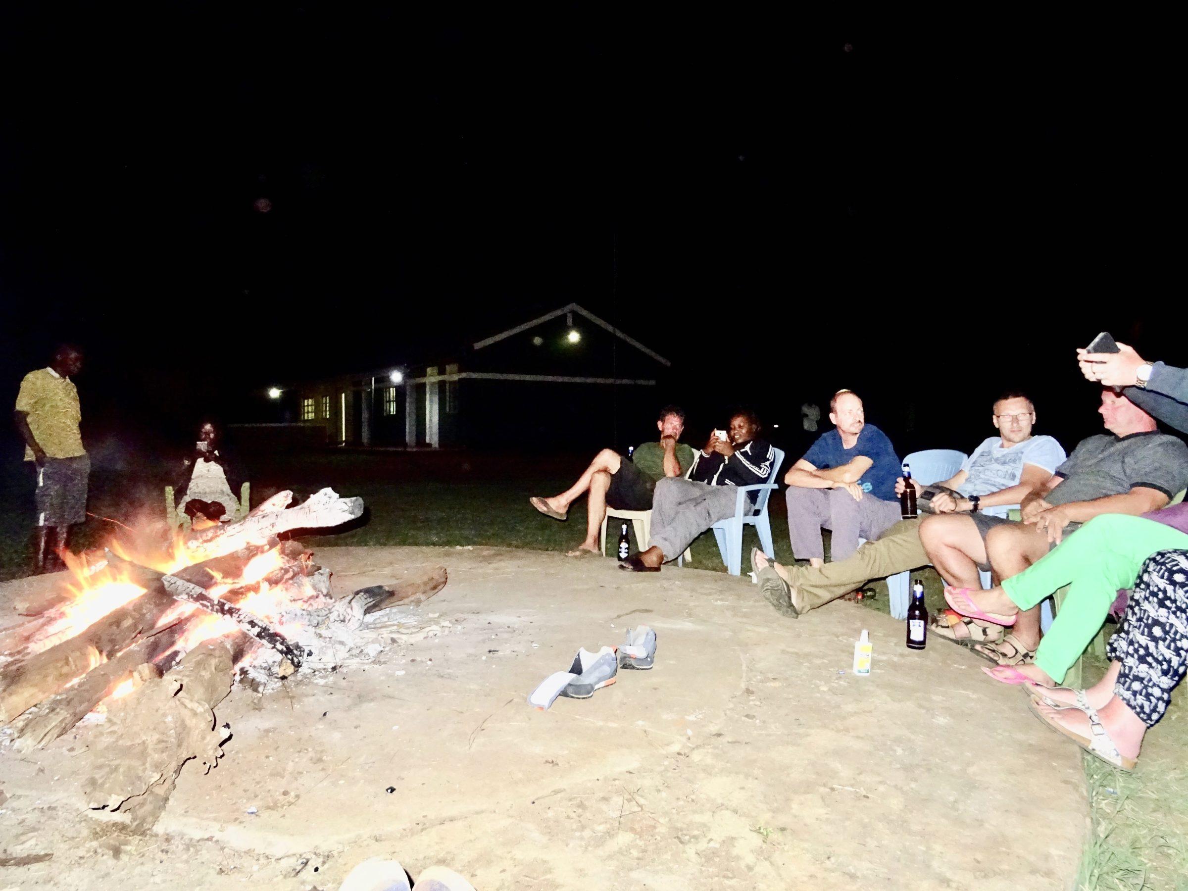 Stoere verhalen bij het kampvuur in Apoka restcamp