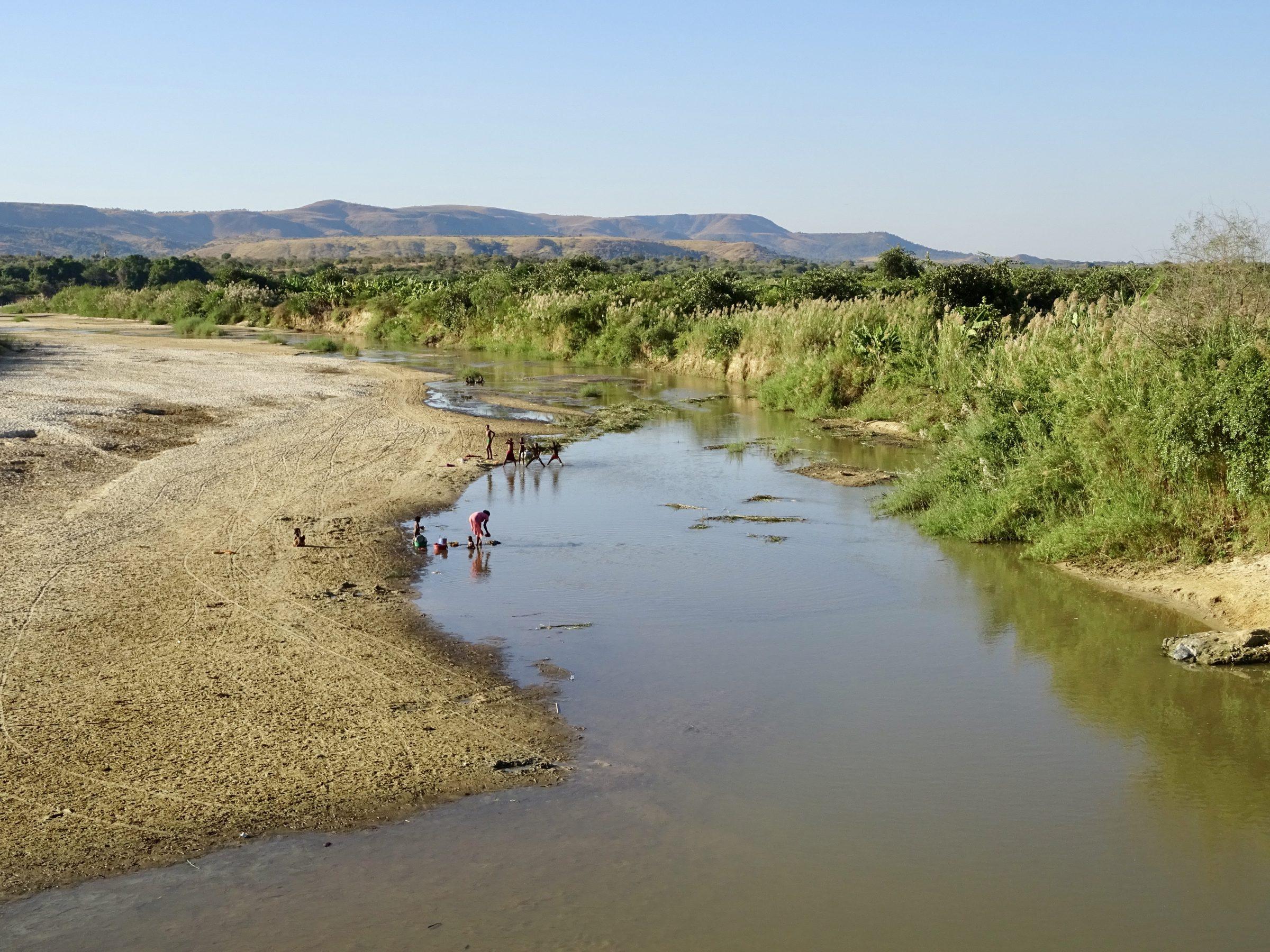 Een wasbeurt in de rivier