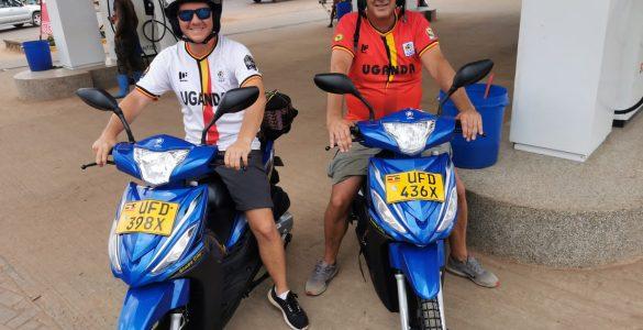 Chris en Eric bij Simba Scooters Kampala