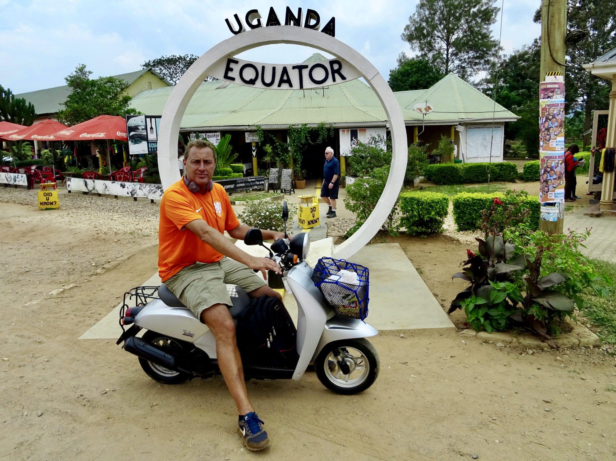 Met de scooter op de evenaar in Oeganda