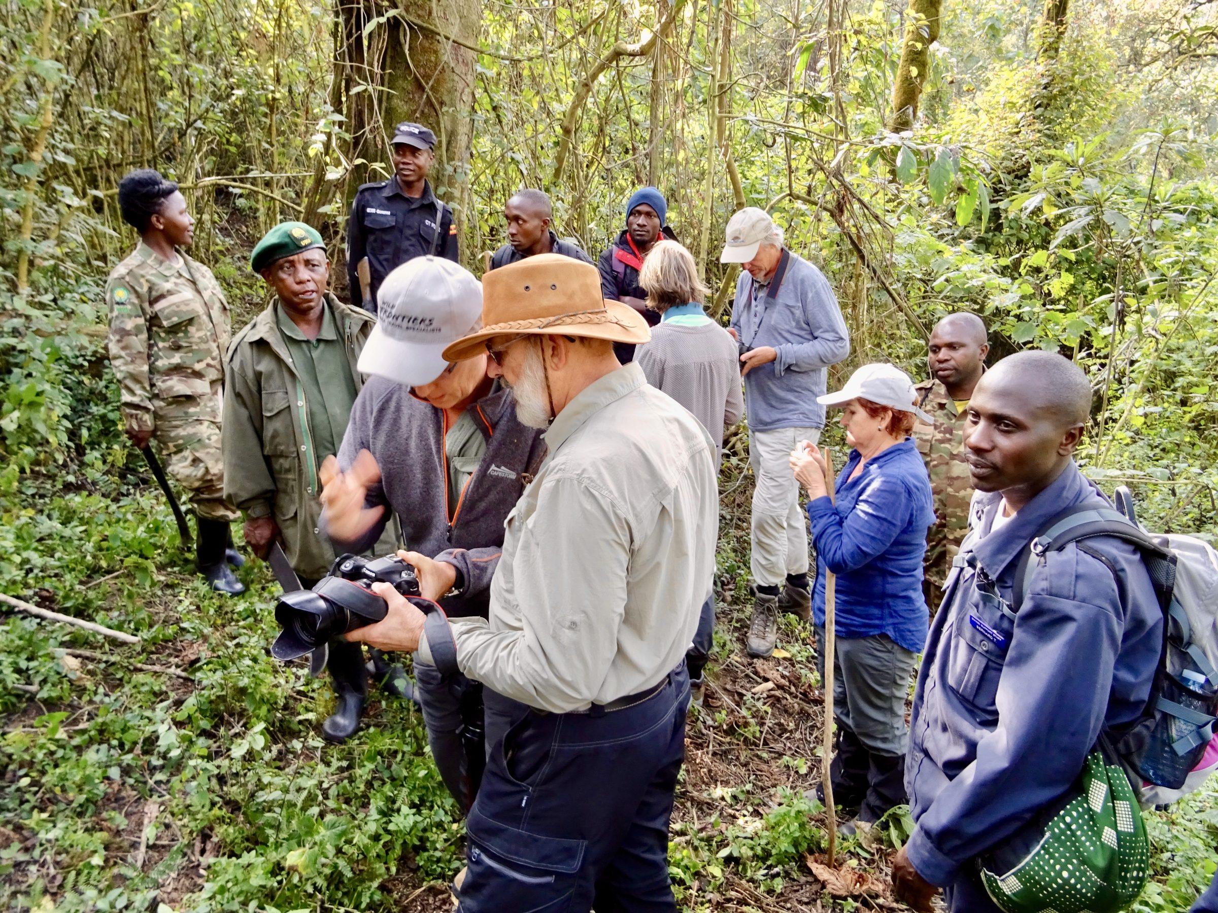 De lenzen worden geslepen in Bwindi vlakvoor de ontmoeting met de gorilla's