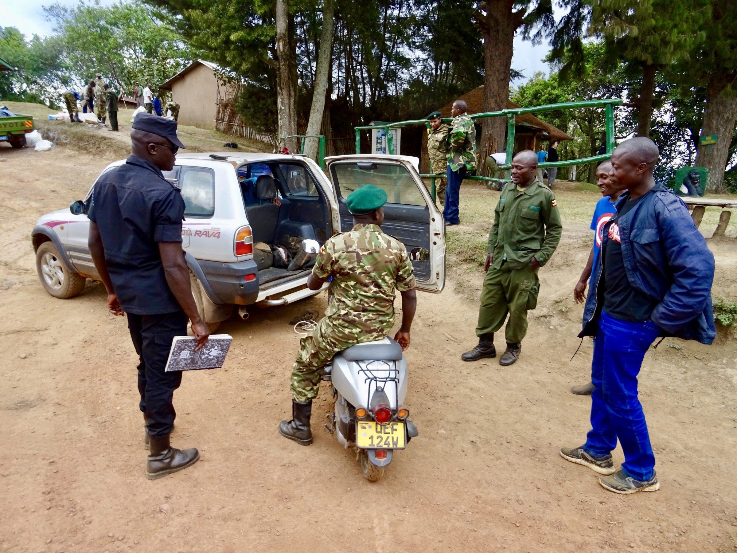 Alternatief vervoer voor een defecte scooter in Bwindi National Park, Oeganda