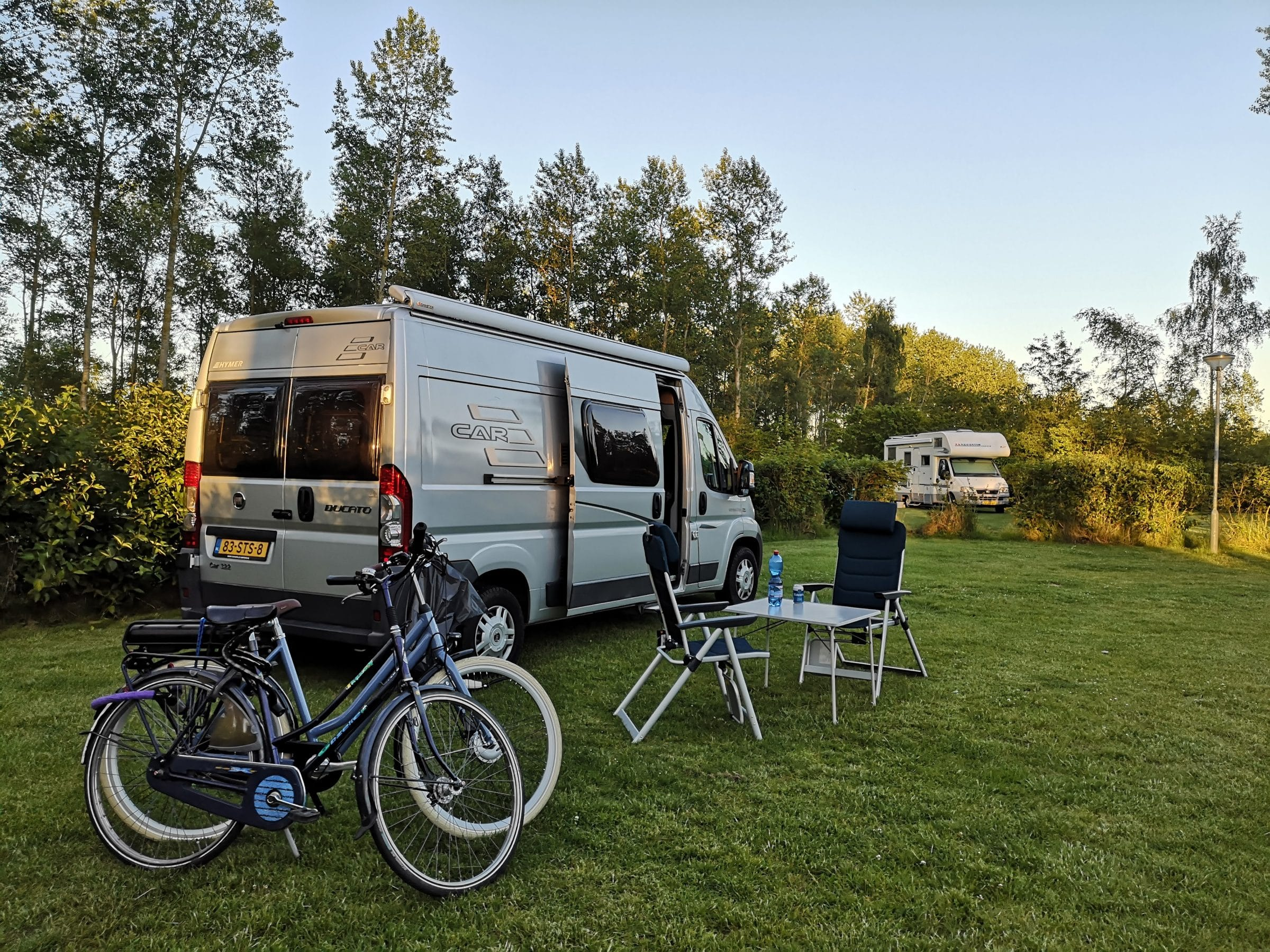 Een moderne camperbus
