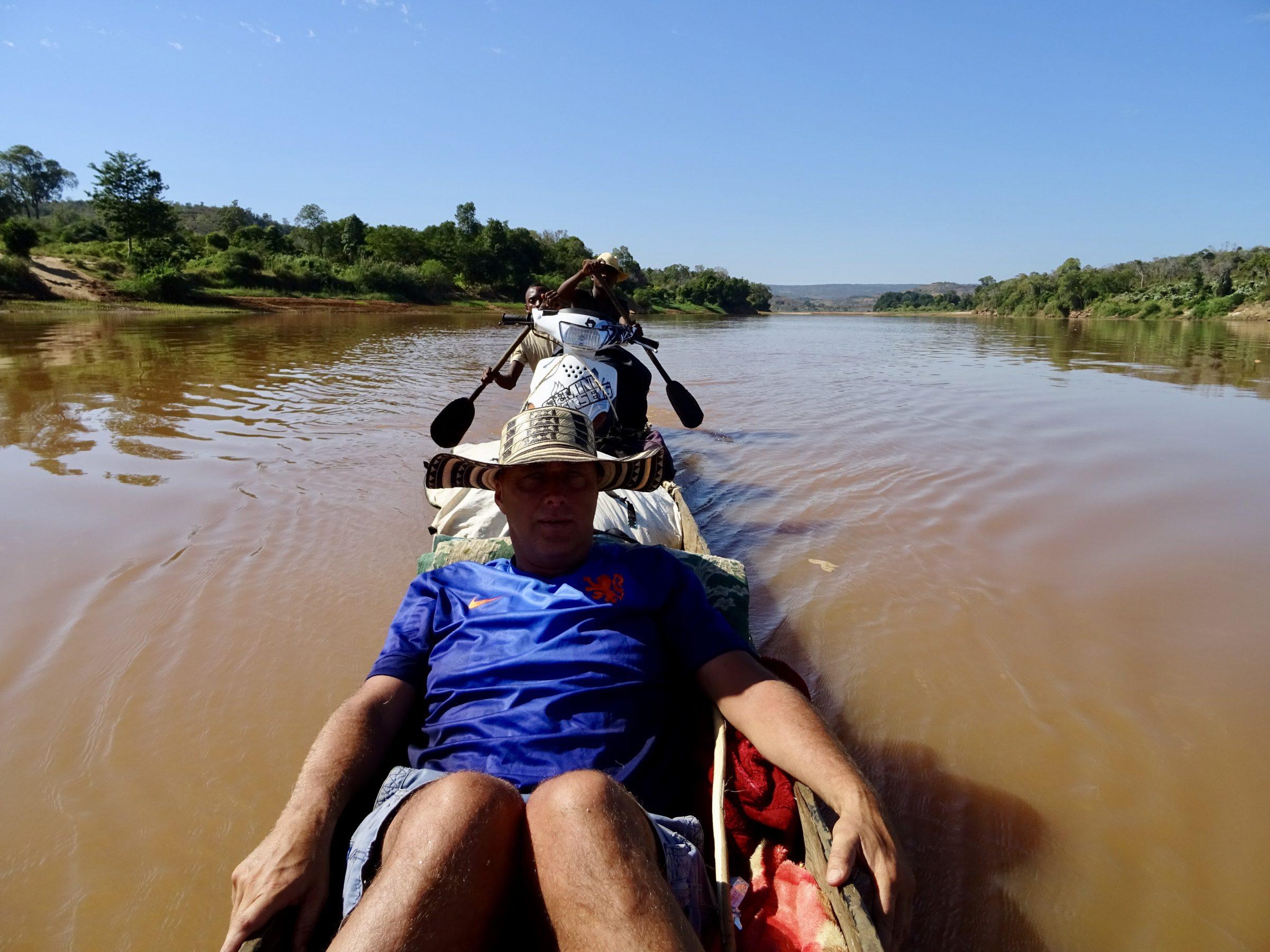 De scooter in een kano op een driedaagse trip in Madagascar