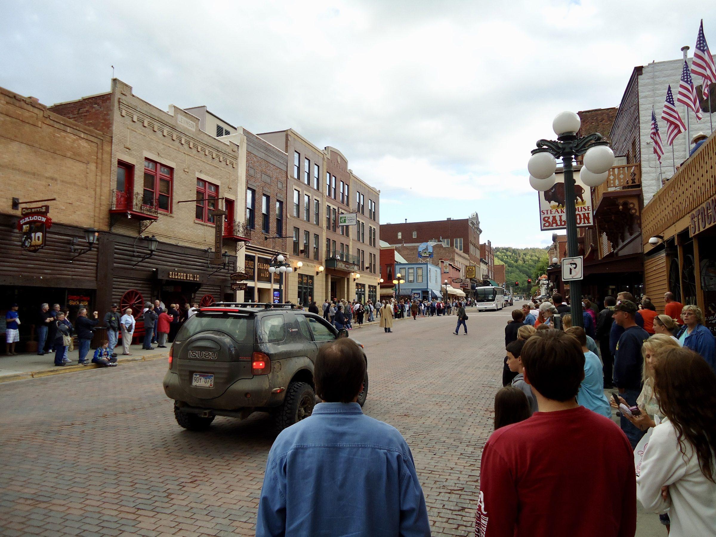Een paar malen per dag is er een shoutout met acteurs in Deadwood