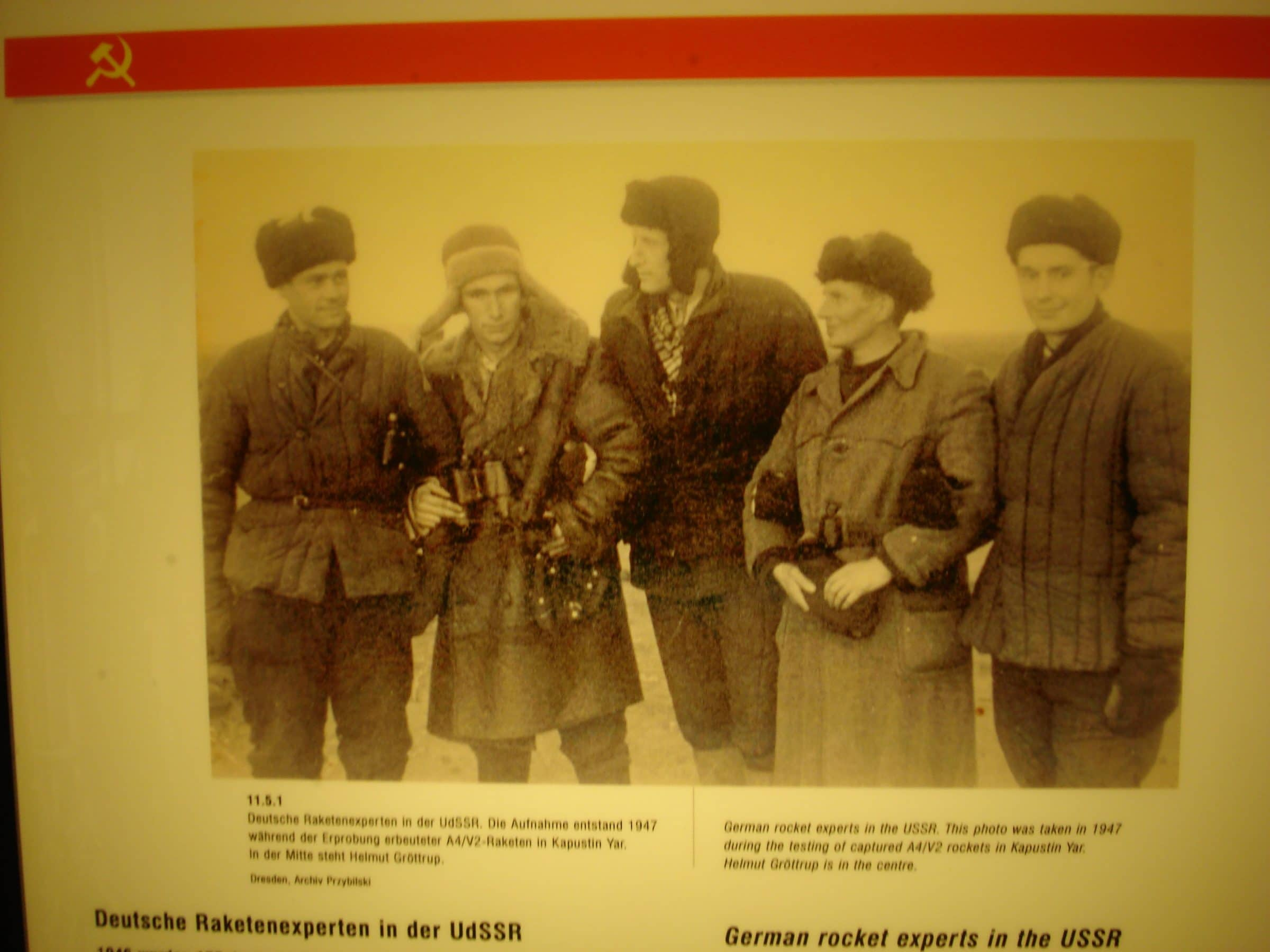 Uit het museum in Peenemünde: Een foto van Duitse raketwetenschappers die naar de Sovjet-Unie vertrekken
