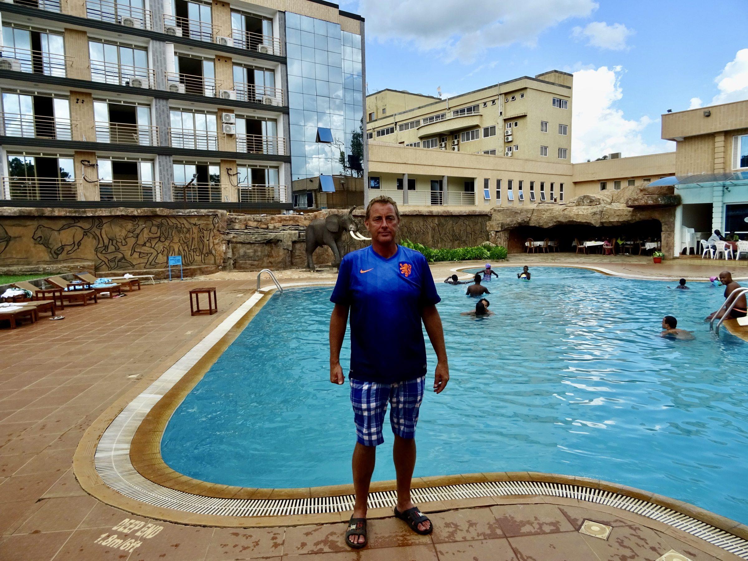 Relaxen aan het zwembad van het Bomah Hotel in Gulu