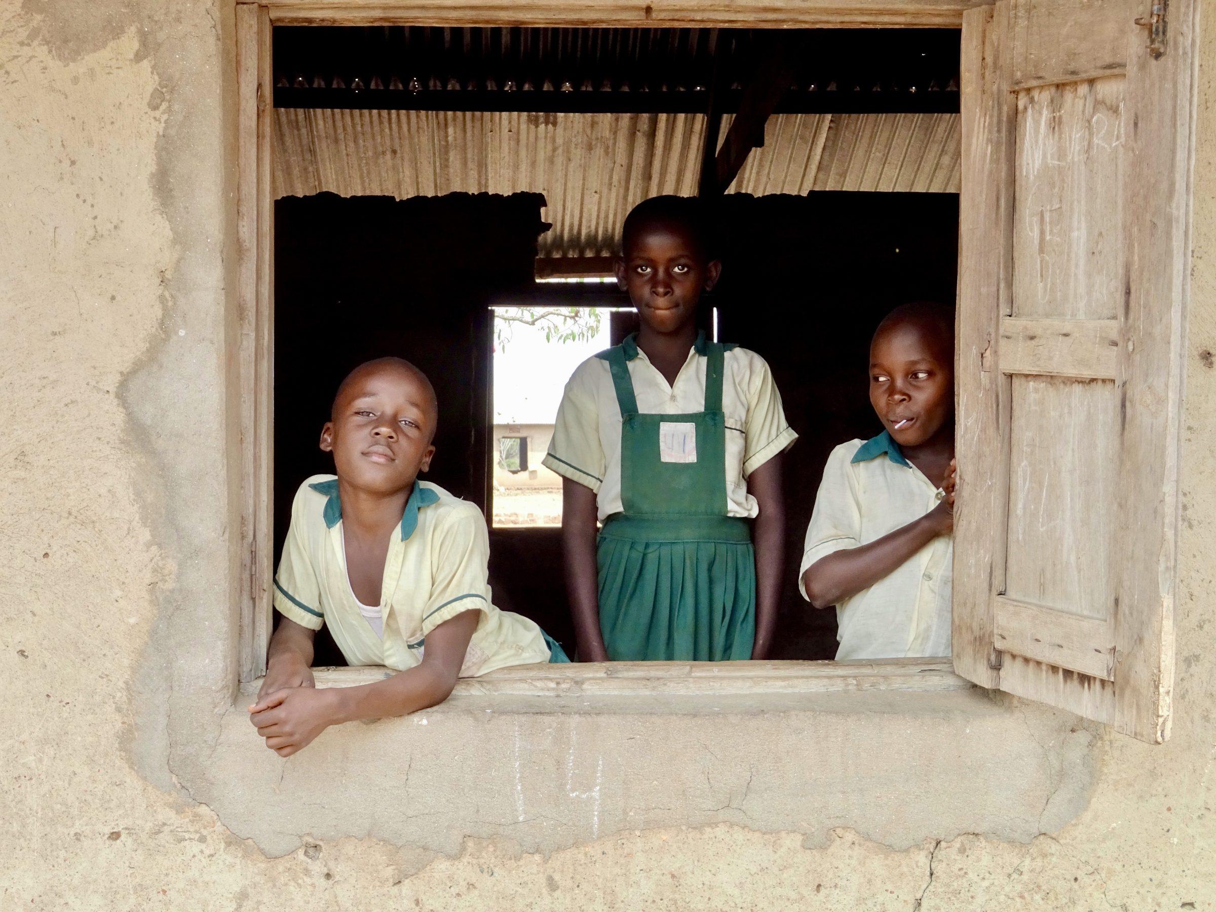 Leerlingen in een schoolklas nabij Hamukungu