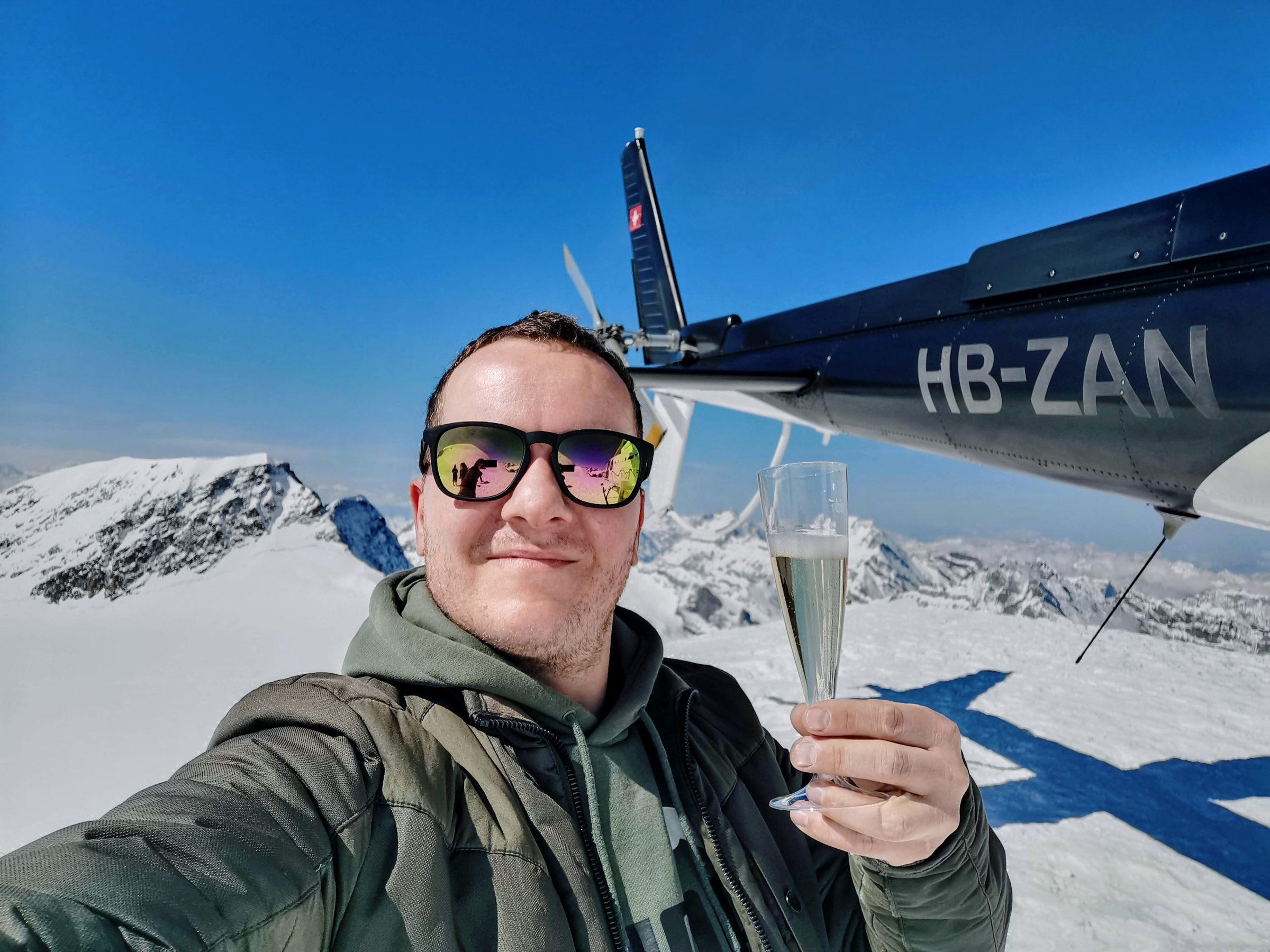 Champagne tijdens de landing op de Eiger Gletsjer