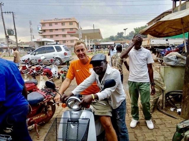 Aankoop van de scooter in Kampala