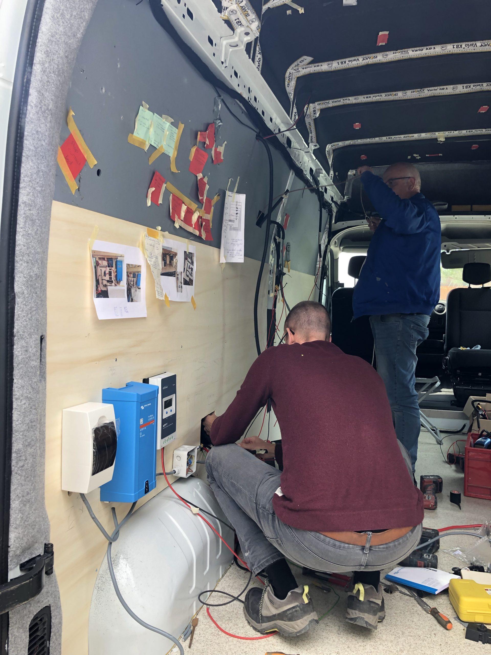 Het monteren van de elektra in de camperbus