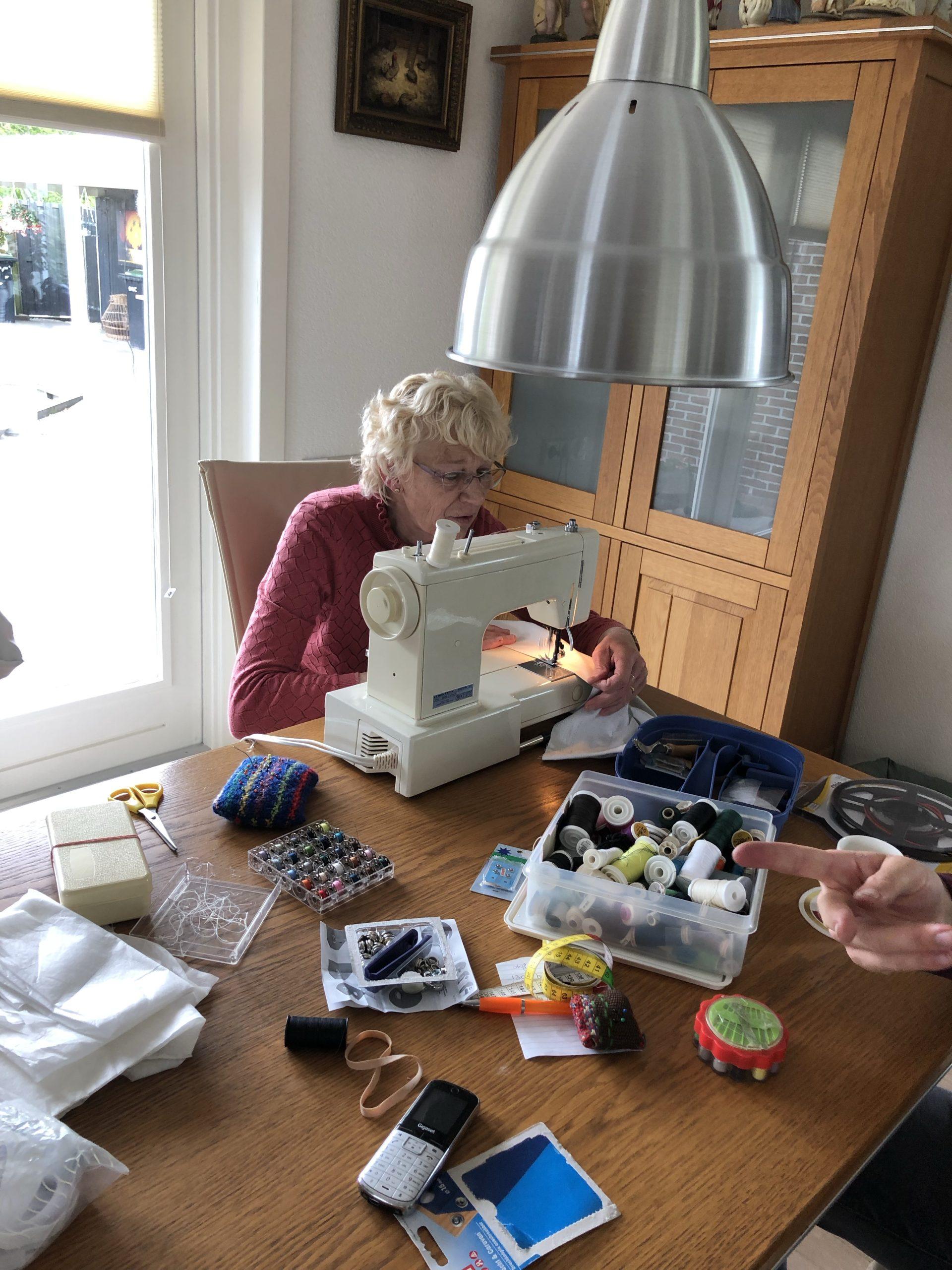 Het naaien van de gordijnen