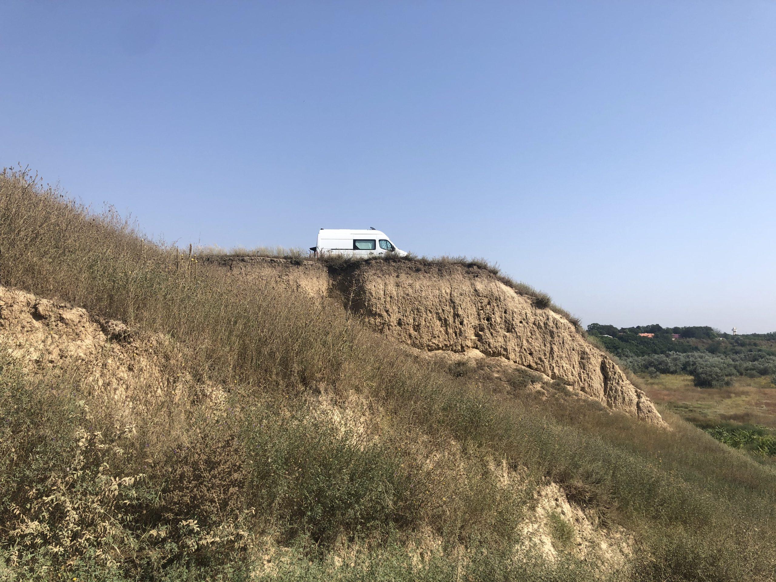 De buscamper parkeren op de kliffen bij Plaja Corbu