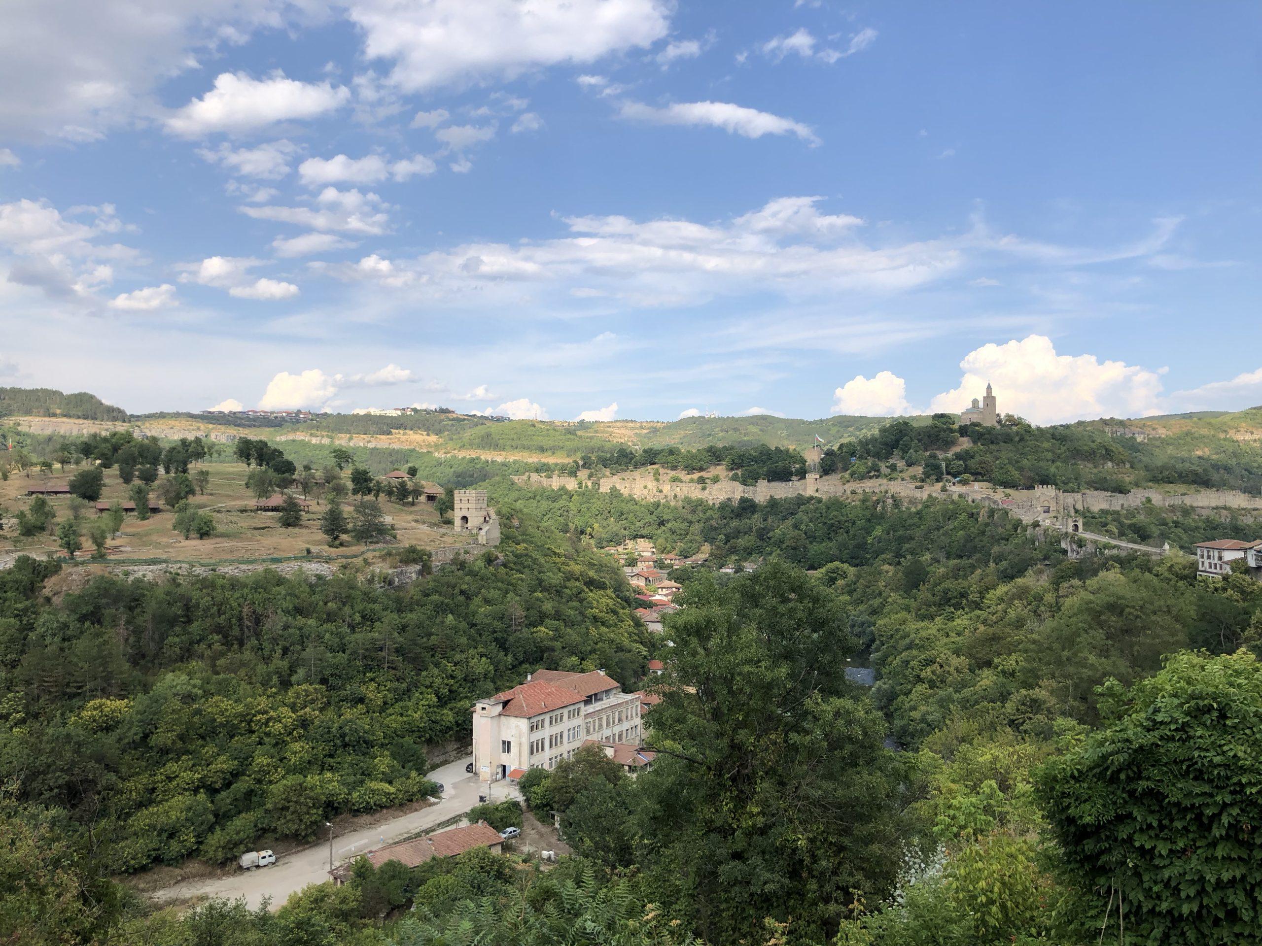 Het uitzicht vanuit het stadspark op Veliko Tărnovo