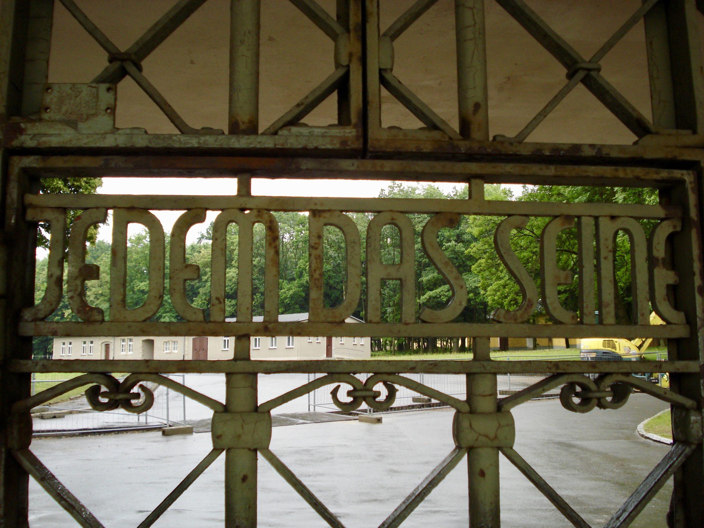 Het toegangshek tot Buchenwald met de tekst Jedem das Seine