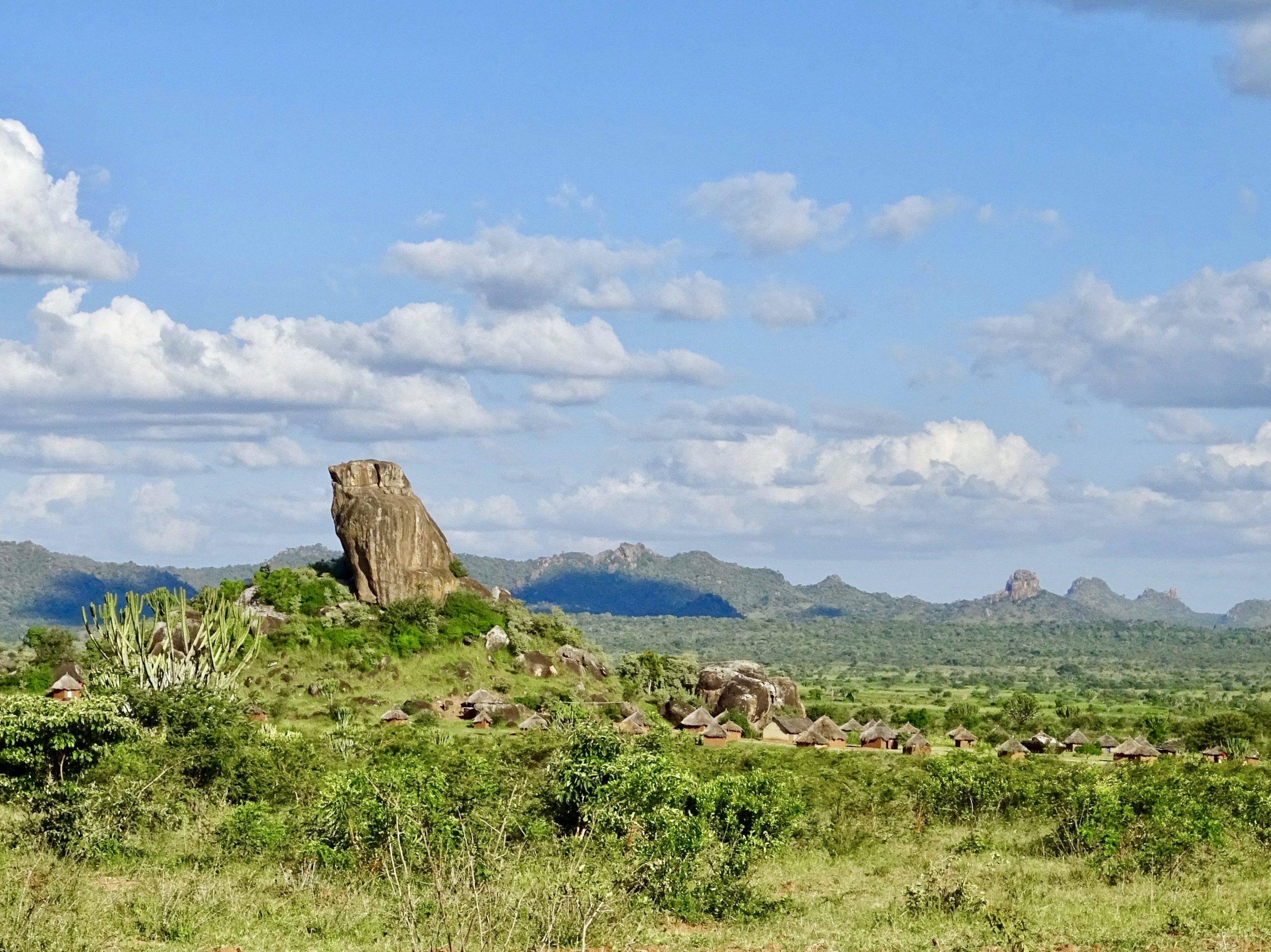 Karamoja nederzetting in het rotsachtige landschap in Kotido district