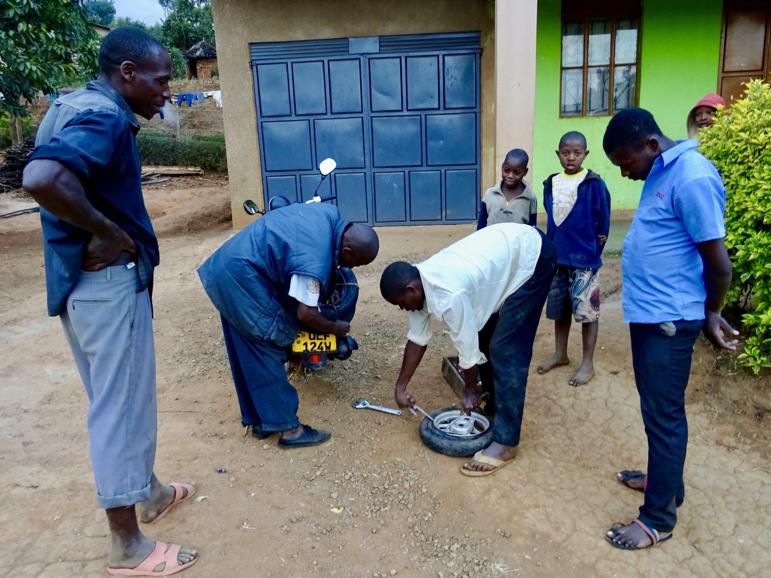 Reparatie van de achterband nabij Kabale, Oeganda