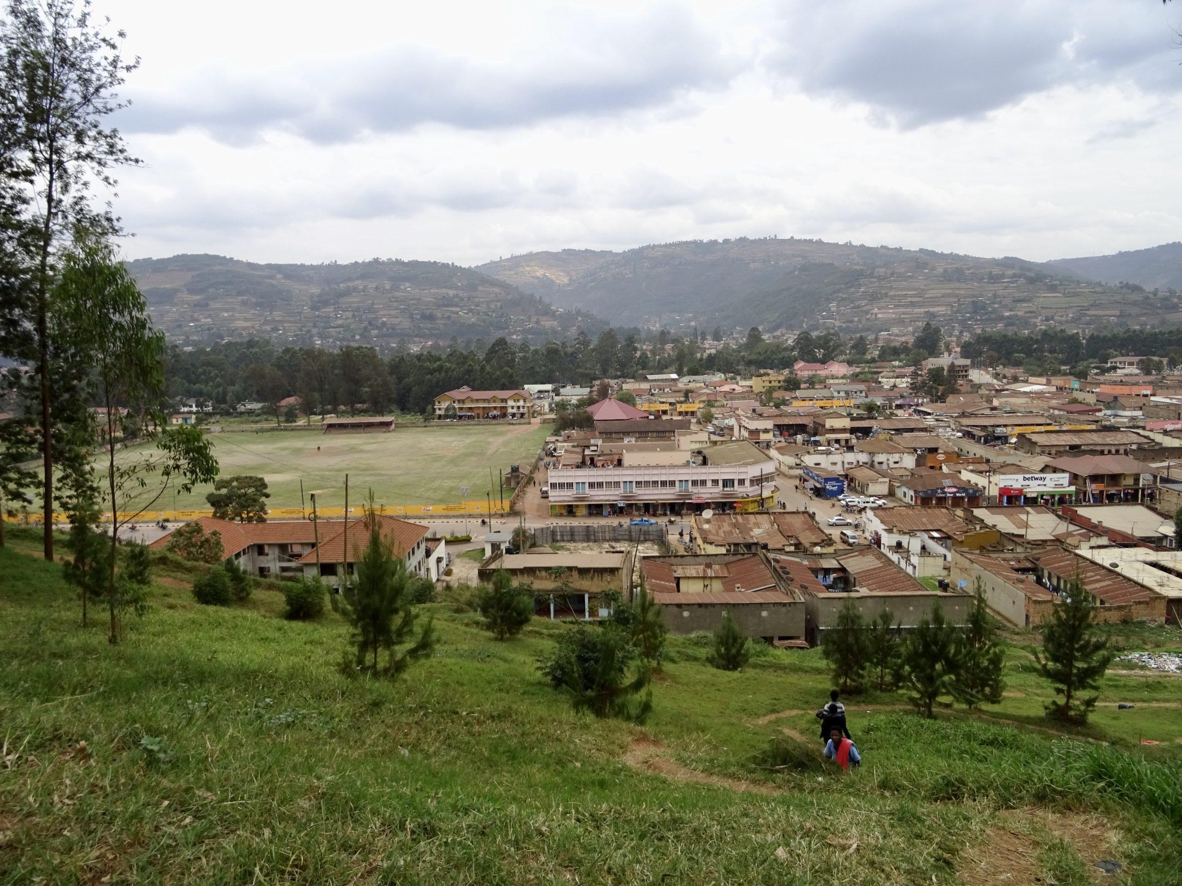 Uitzicht op Kabale vanaf het terras van Kigezi Gardens Inn