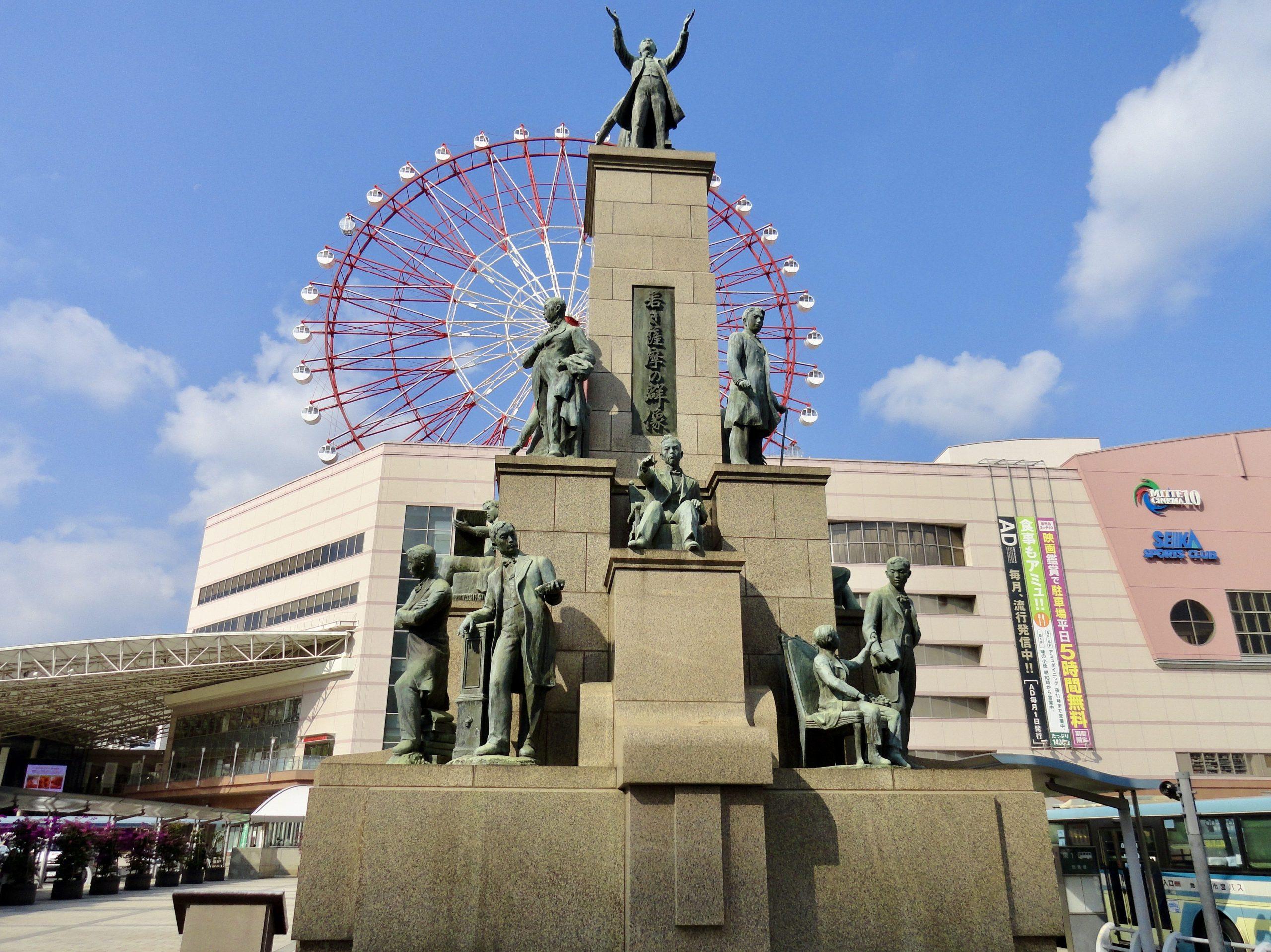 Standbeeld van de 17 jongemannen voor het station van Kagoshima