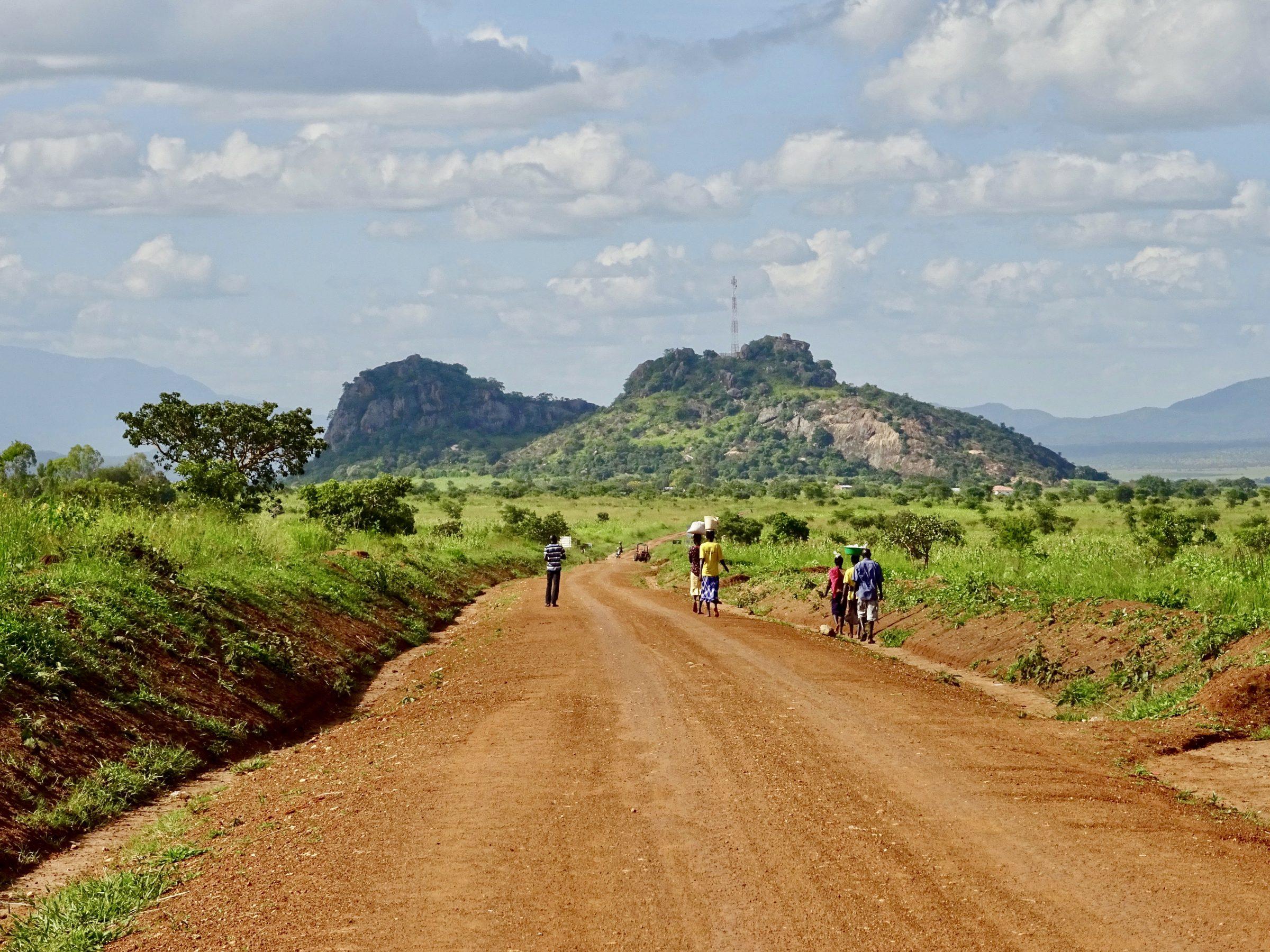 Vrouwen op weg naar huis nabij Kidepo