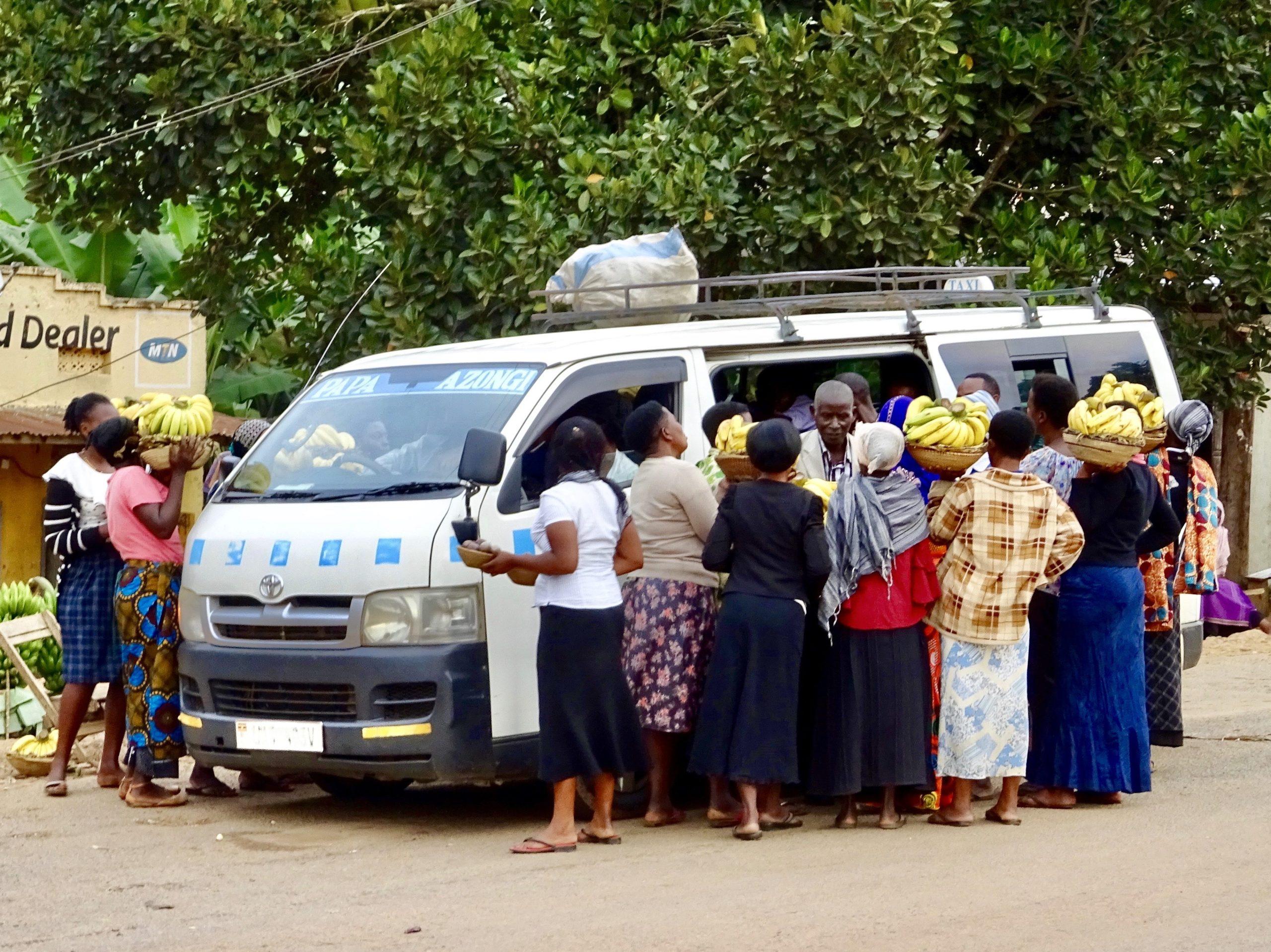 De bananenbluesbrigade stort zich op een minibus in Kichwamba