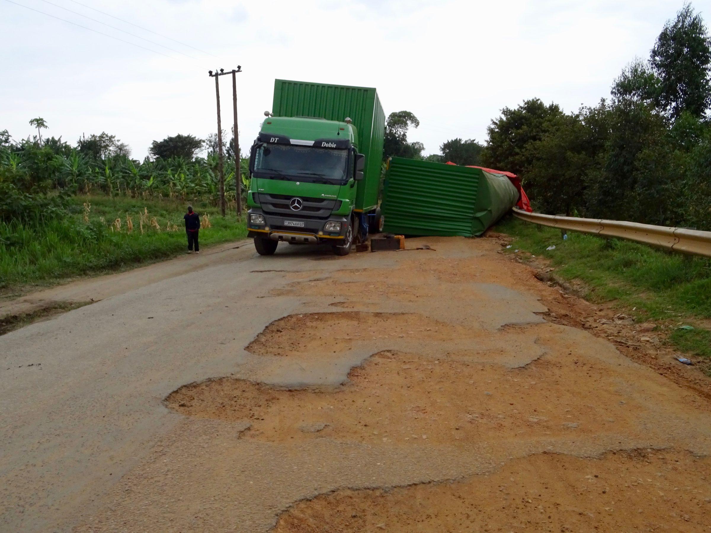 Indrukwekkende gaten in de weg en een geschaarde truck nabij Queen Elizabeth NP