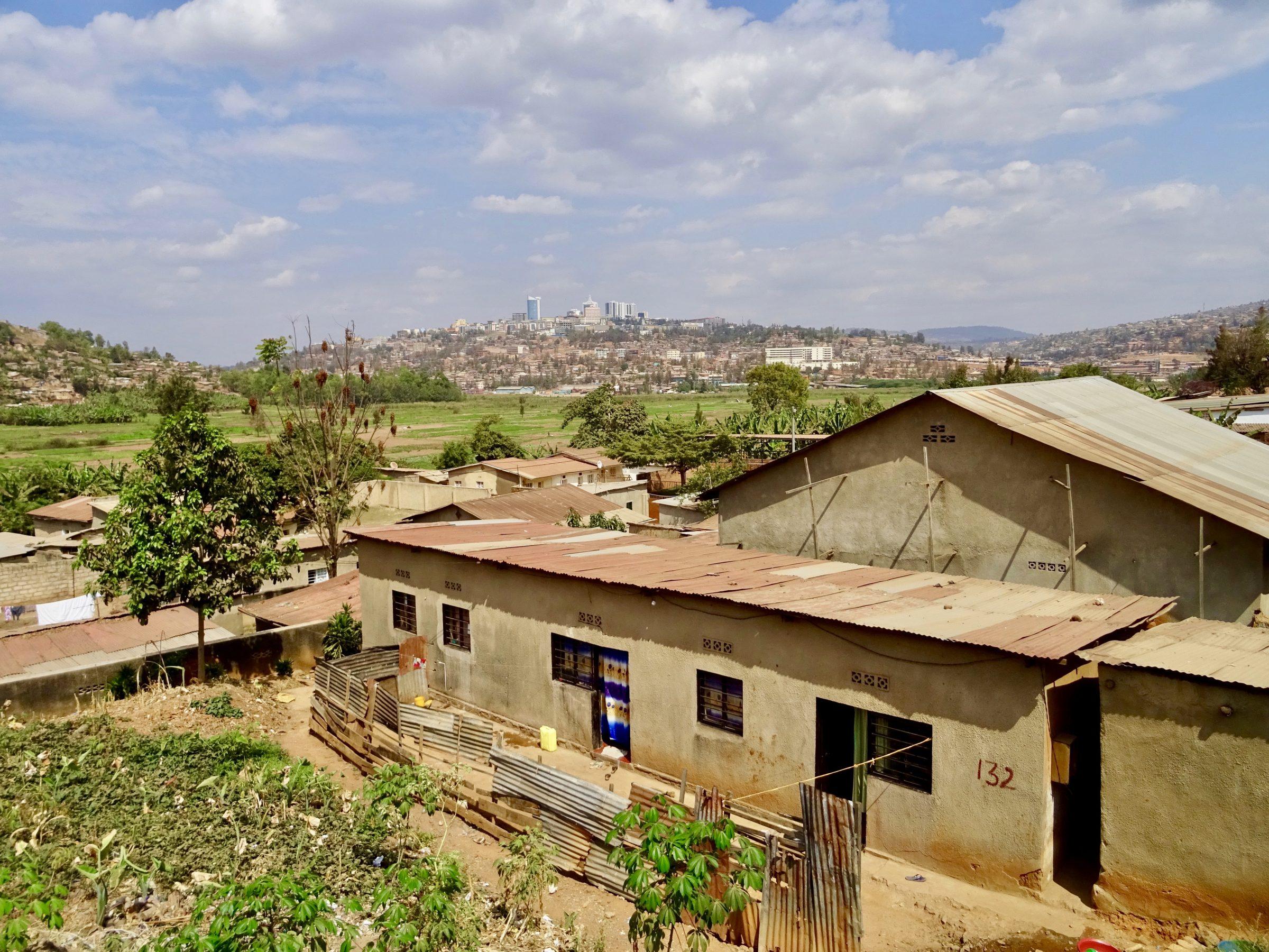 De skyline van Kigali vanaf de weg naar Oeganda