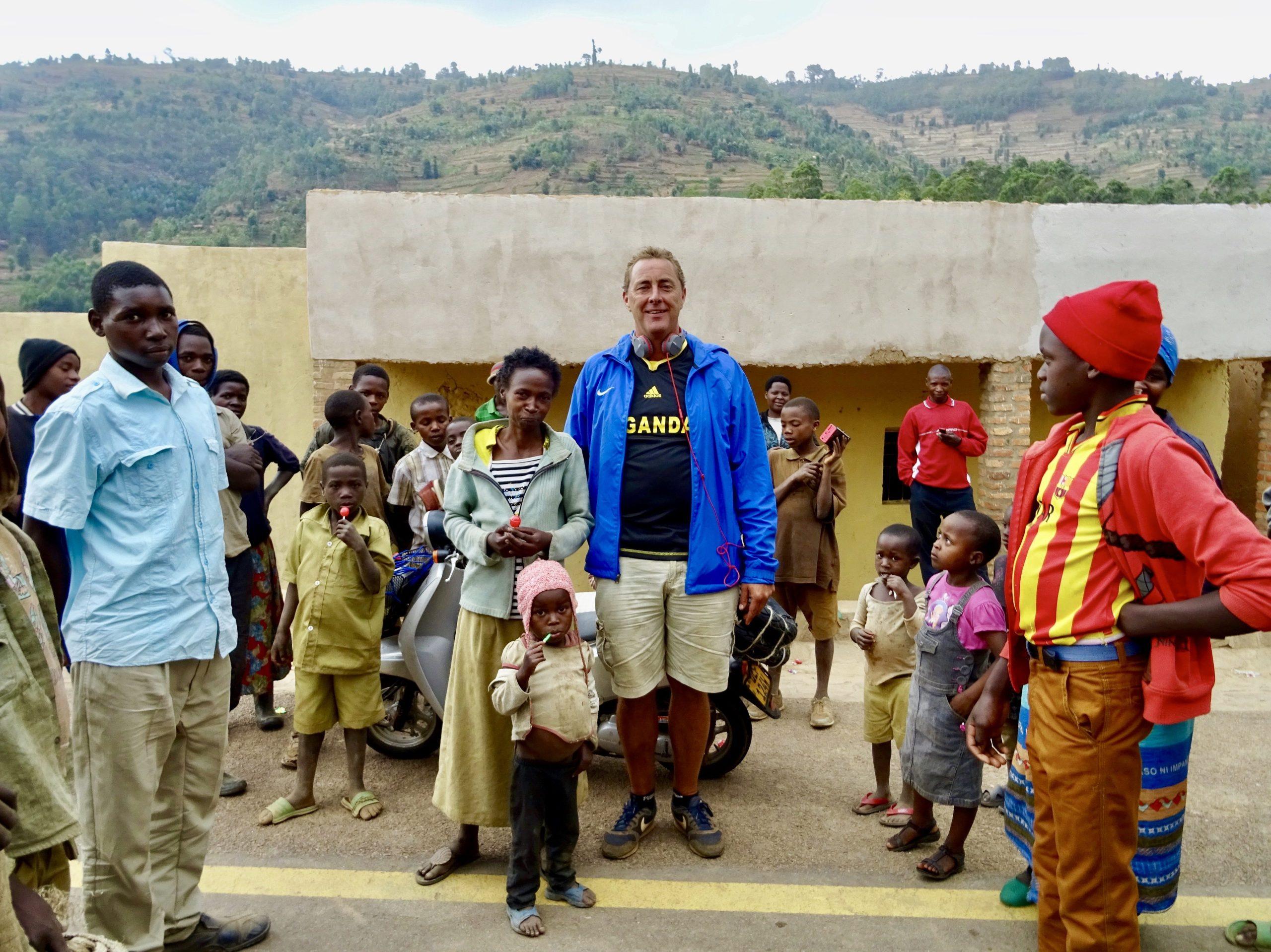 Op de foto met enkele inwoners van Kinteko, Rwanda