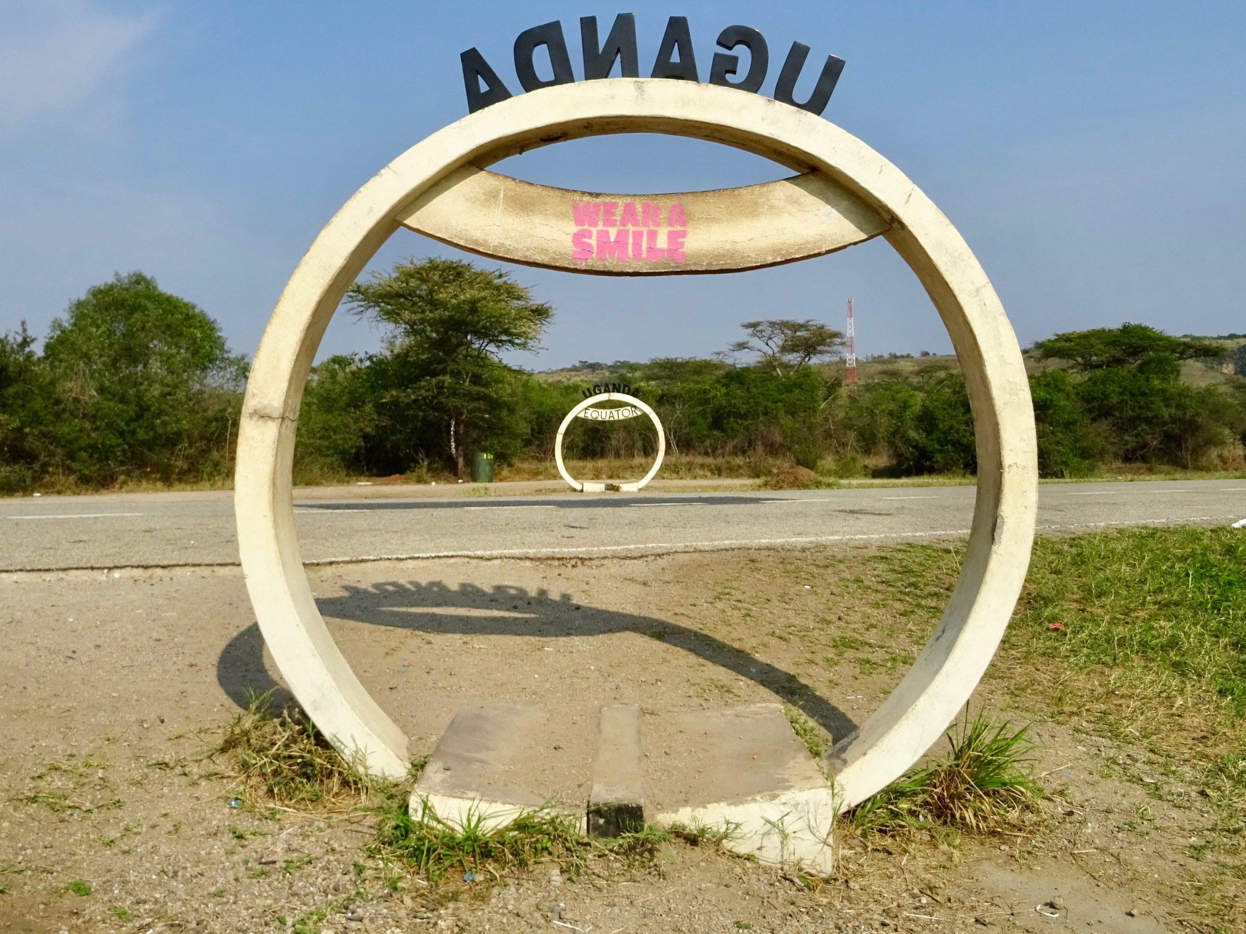 Draag een glimlach op de evenaar nabij Kikorongo, Oeganda