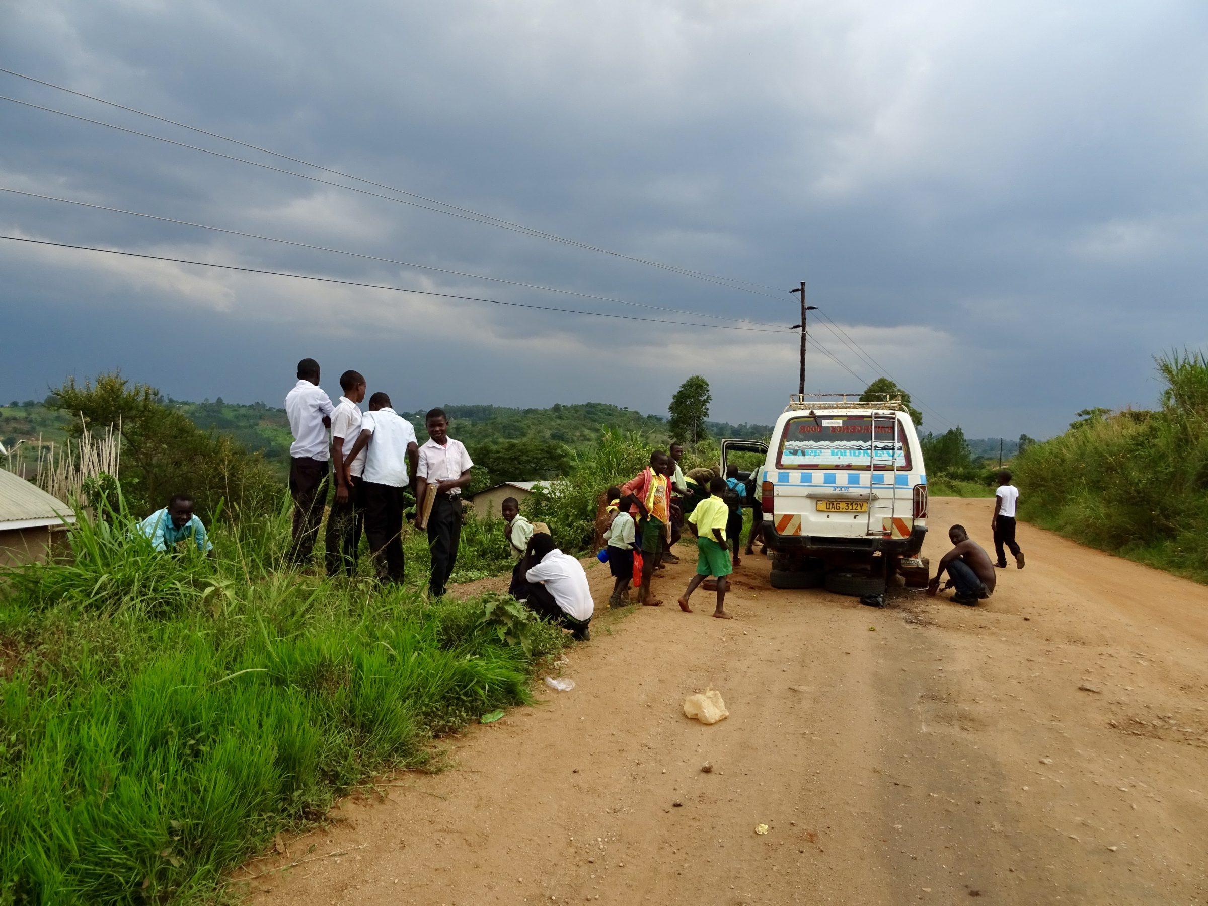 Donkere wolken en een matatu met bandenpech