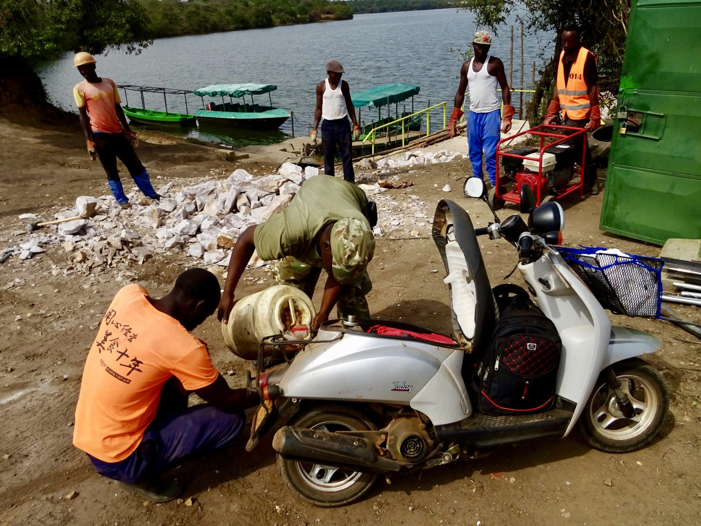 Een kampmedewerker van Lake Mburo NP heeft wat benzine geregeld