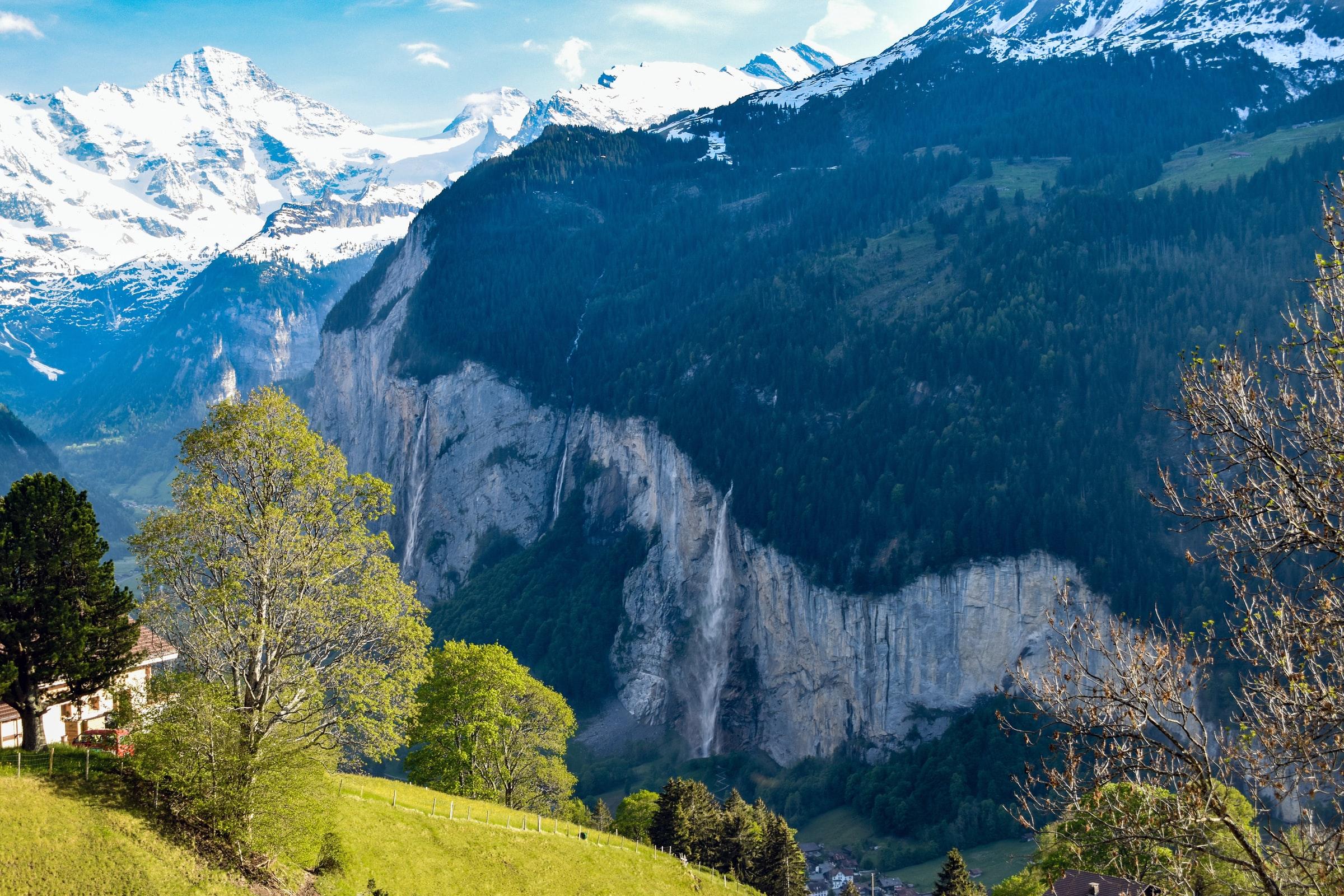 De Staubbach-watervallen van veraf