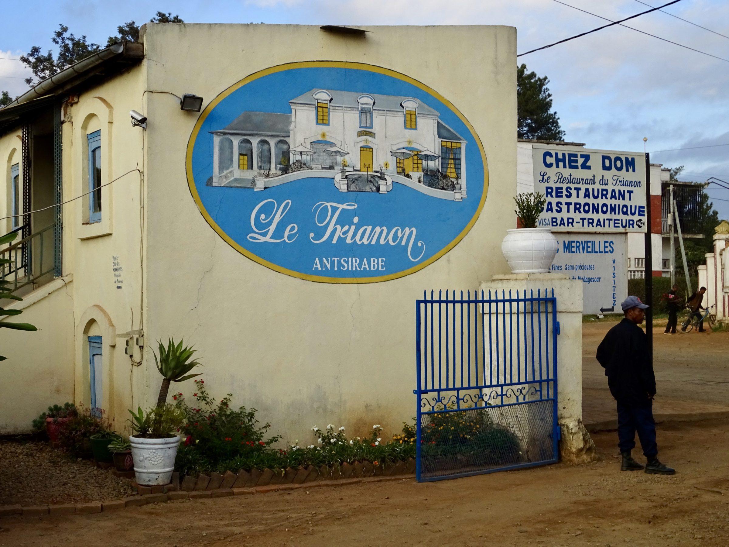 De entree van hotel Le Trianon