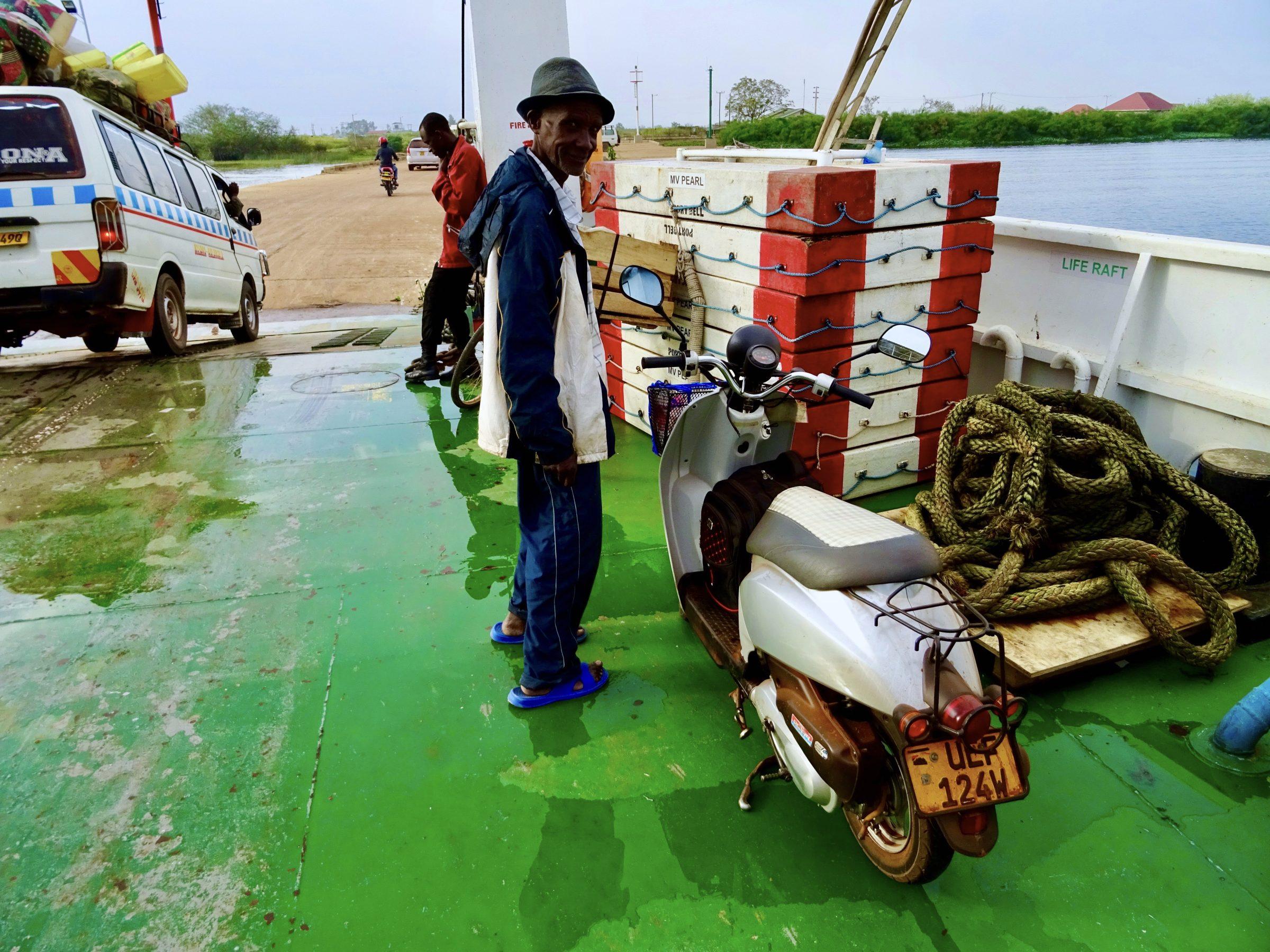 De scooter op de veerboot van Bugala Island naar Bukakata