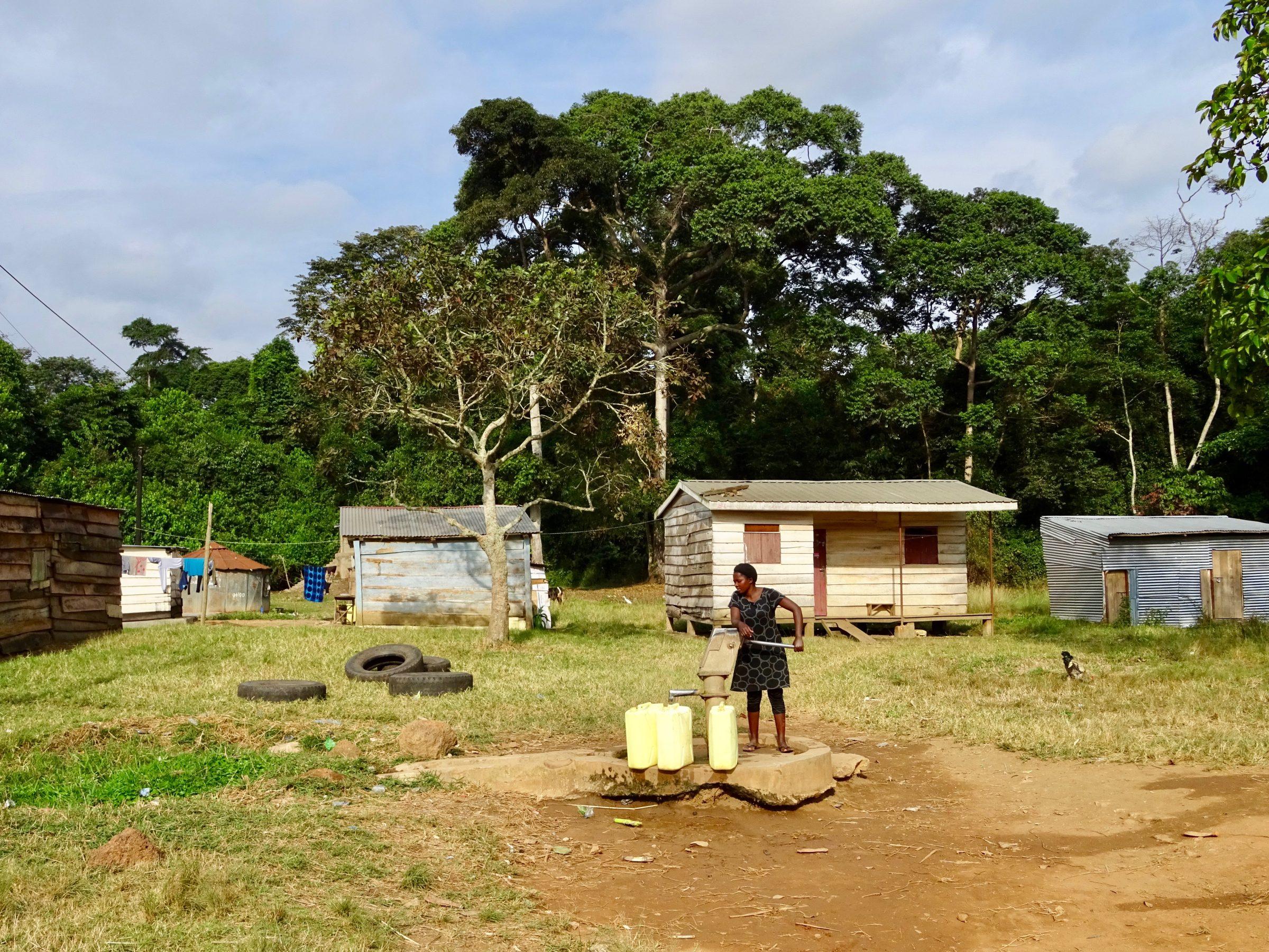 Een vrouw in Luku vult jerrycans met water