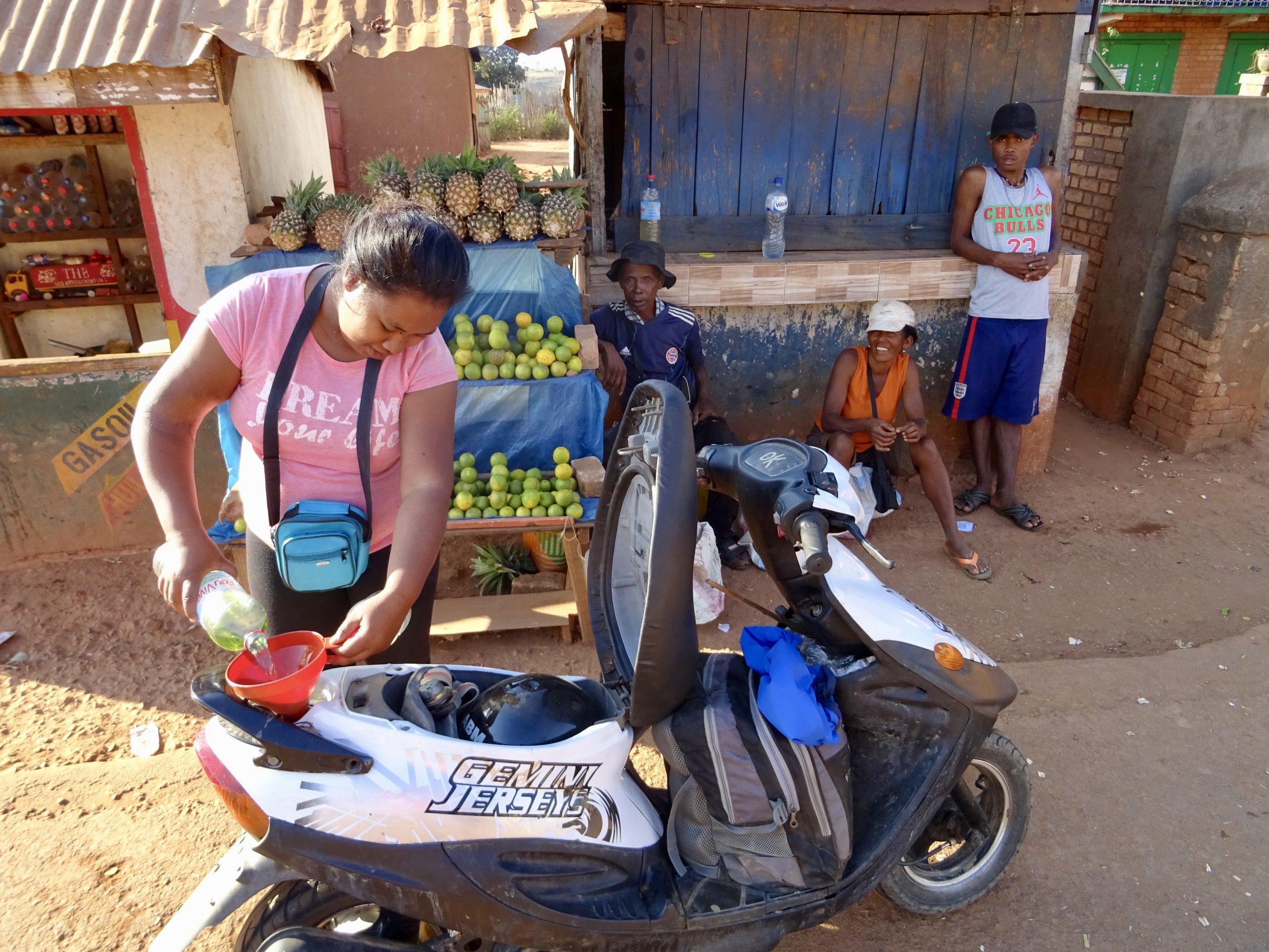 Benzine vanuit een waterfles in Mandoto