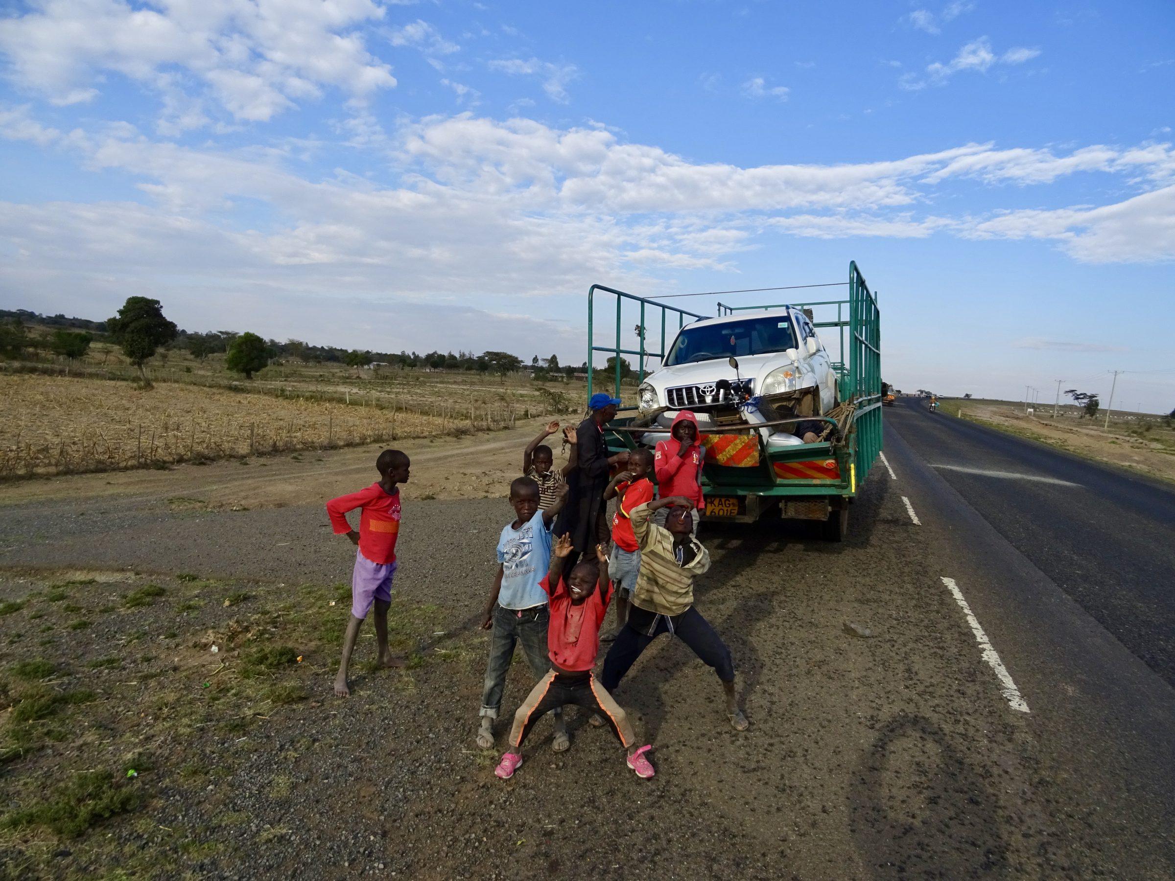 De scooter is kapot en wordt op een vrachtauto geladen nabij Narok (de ingang tot de Masai Mara in Kenia)