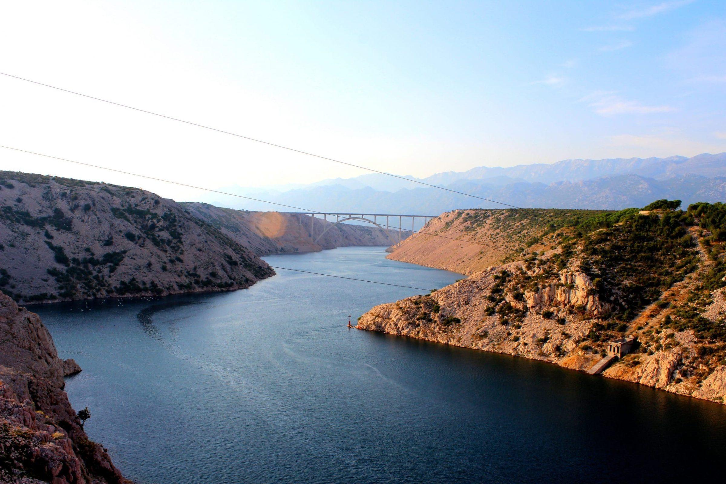 Uitzicht vanaf de Maslenica brug