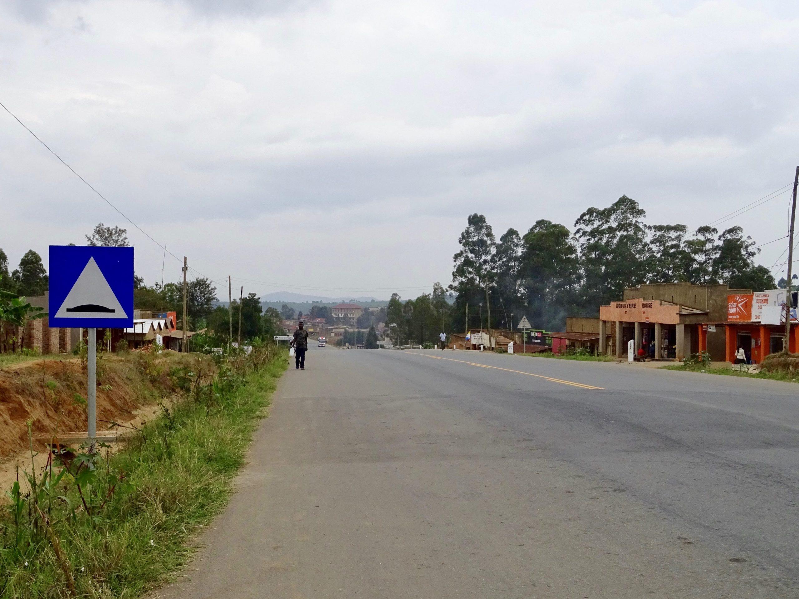 Een van de vele verkeersdrempels op de 'snelweg' naar Kabale