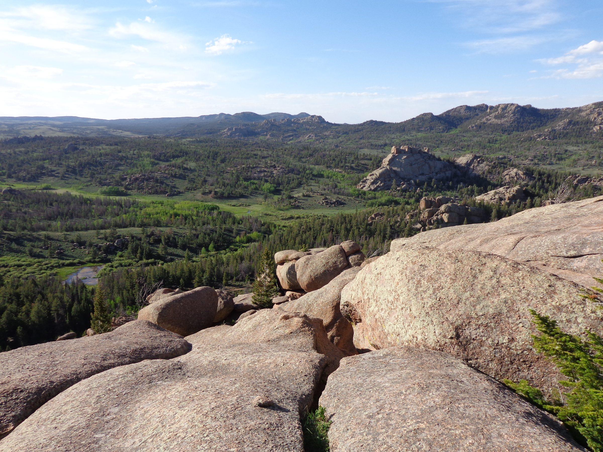 Uitzicht vanaf een rotspartij in Curt Gowdy State Park, Wyoming